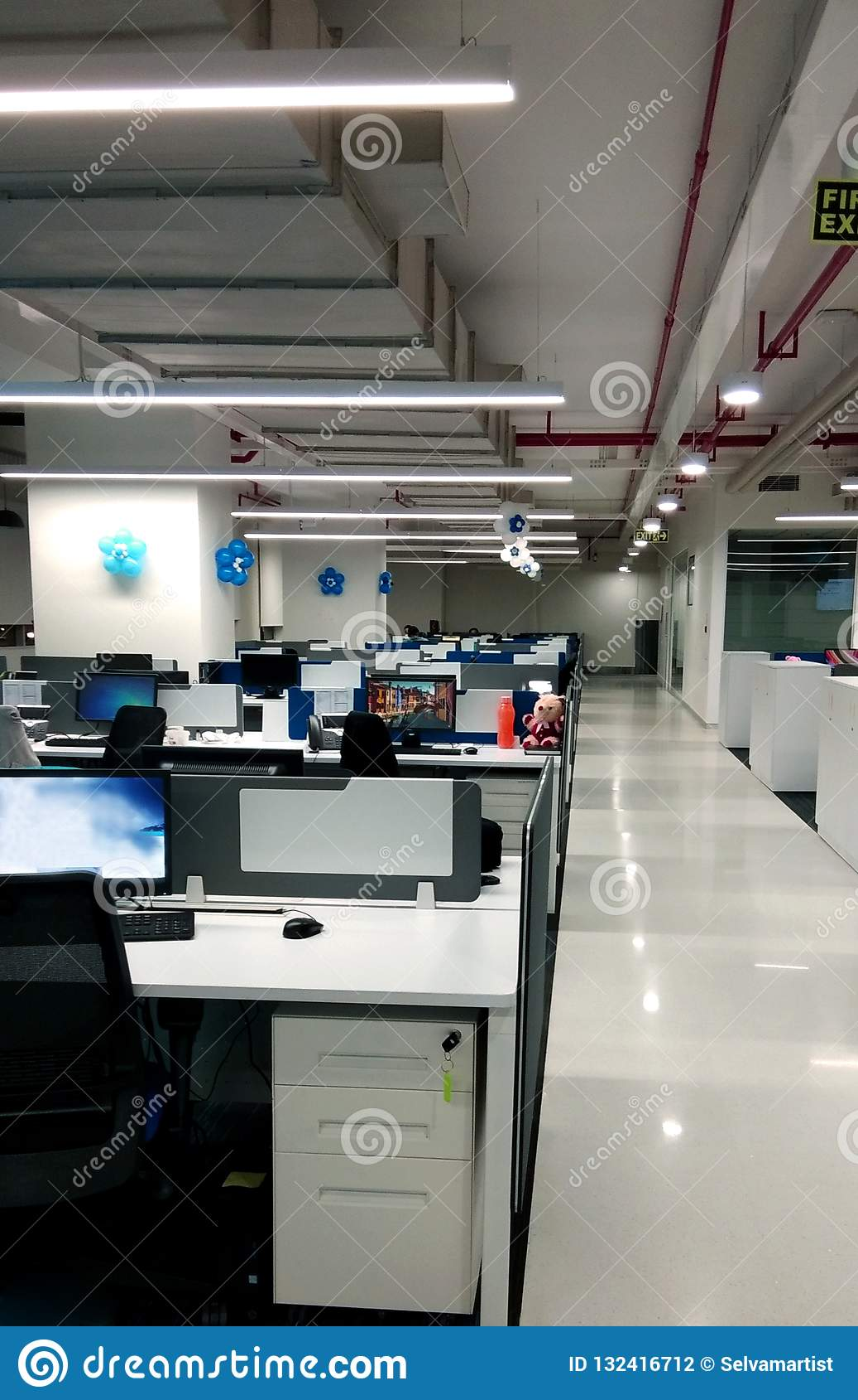 Σταθμός εργασίας με το πεζοδρόμιο μιας επιχείρησης τεχνολογίας πληροφοριών