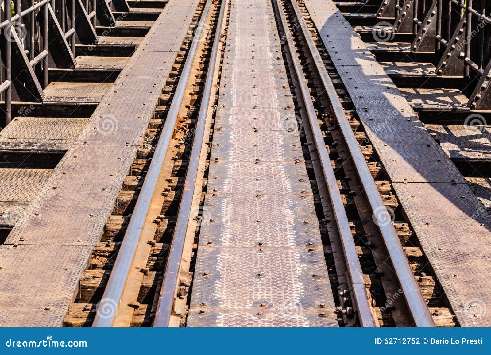 στενές διαδρομές σιδηροδρόμου γραμμών ημέρας δύο επάνω