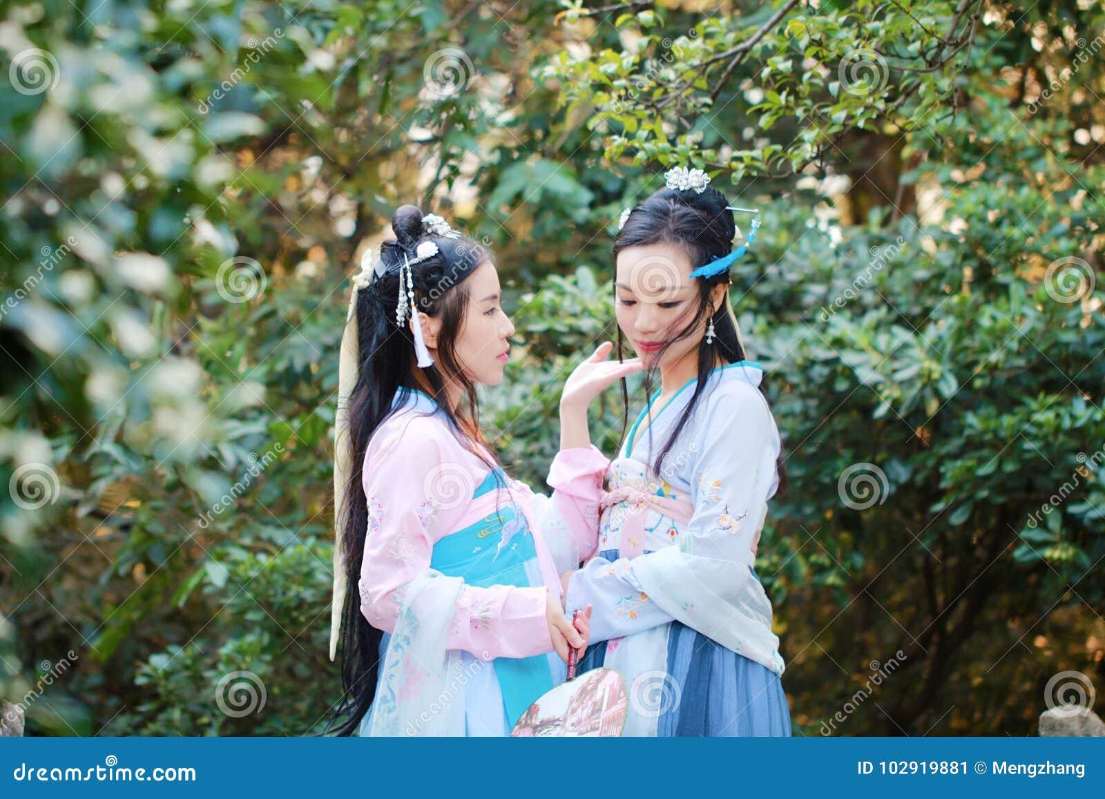 Στενές φίλες bestie στο κινεζικό παραδοσιακό αρχαίο κοστούμι