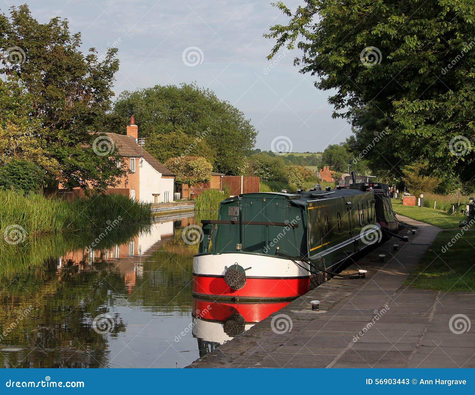 Στενή βάρκα καναλιών στην ήρεμη σκηνή
