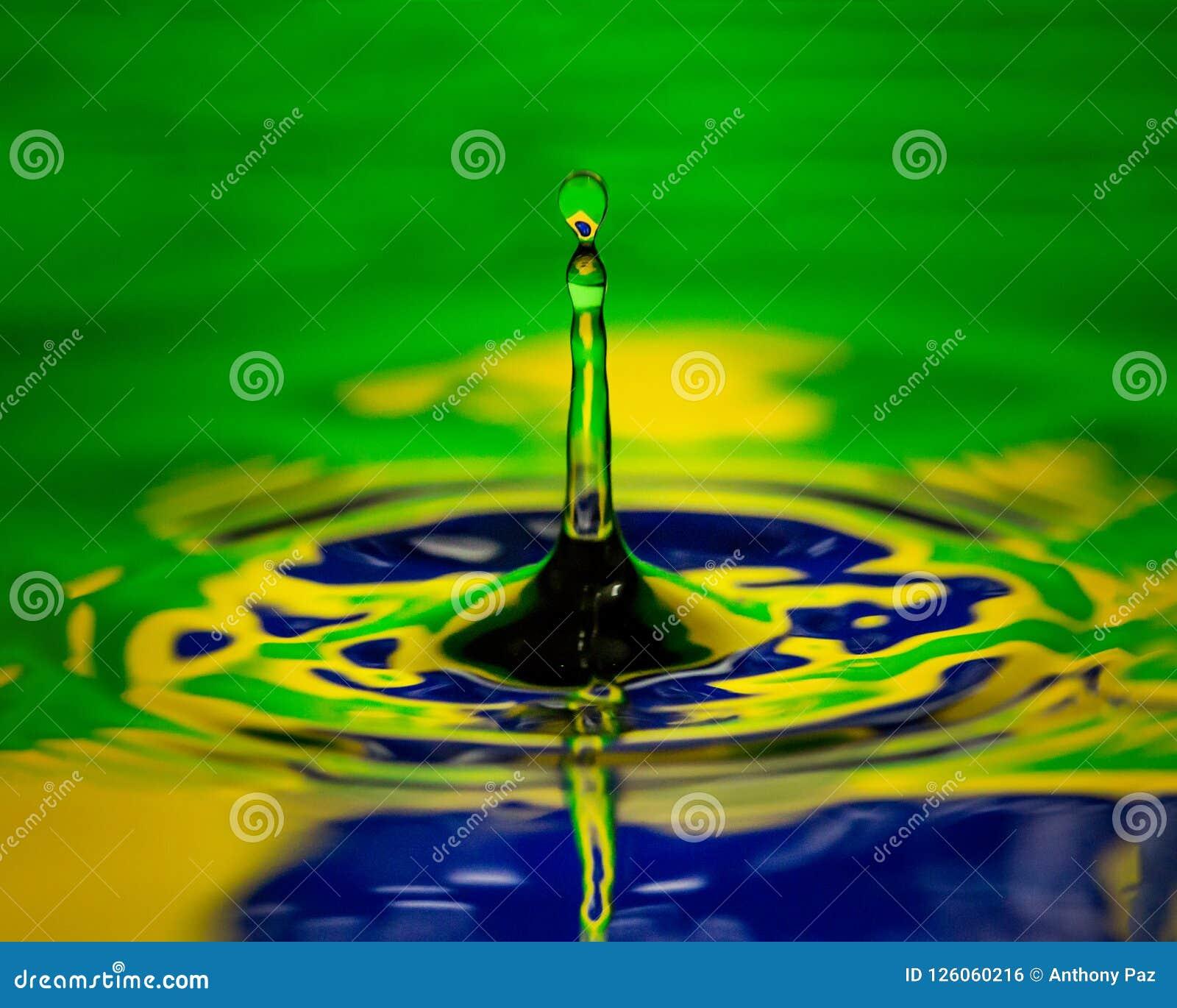 Στενή μακρο σημαία σταλαγματιάς νερού της Βραζιλίας της χώρας