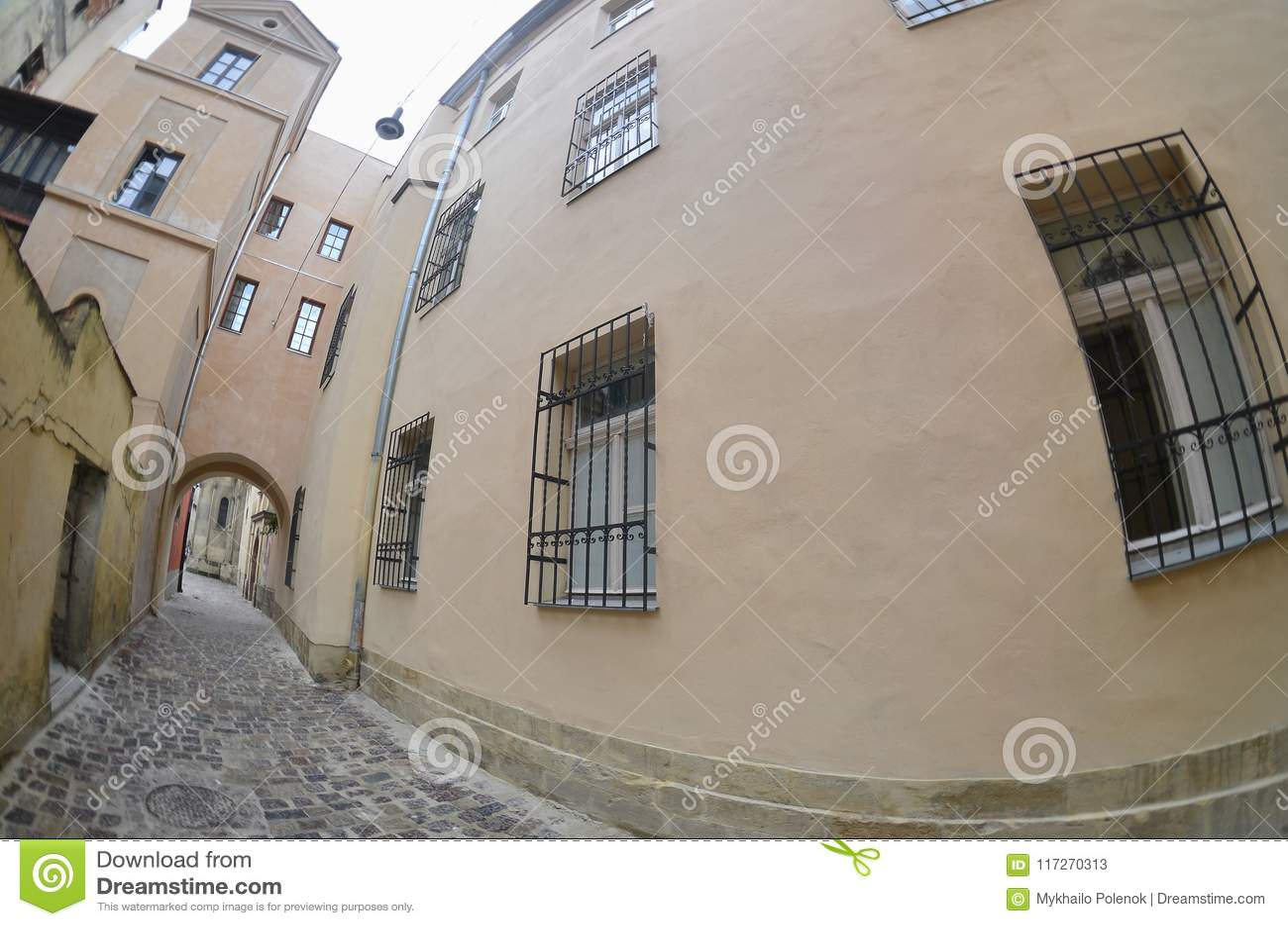 Στενή οδός με μια πορεία των πετρών επίστρωσης Μετάβαση μεταξύ των παλαιών ιστορικών πολυκατοικιών σε Lviv, Ουκρανία