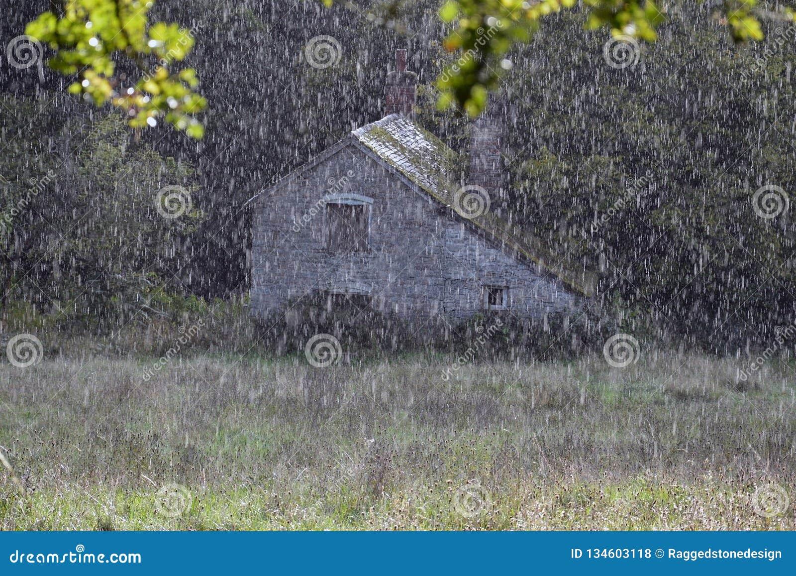 Στενός ένας επάνω της βροχής που αφορά ένα λιβάδι με έναν όμορφο εγκαταλειμμένο μύλο Knapp και Papermill, Worcestershire, UK