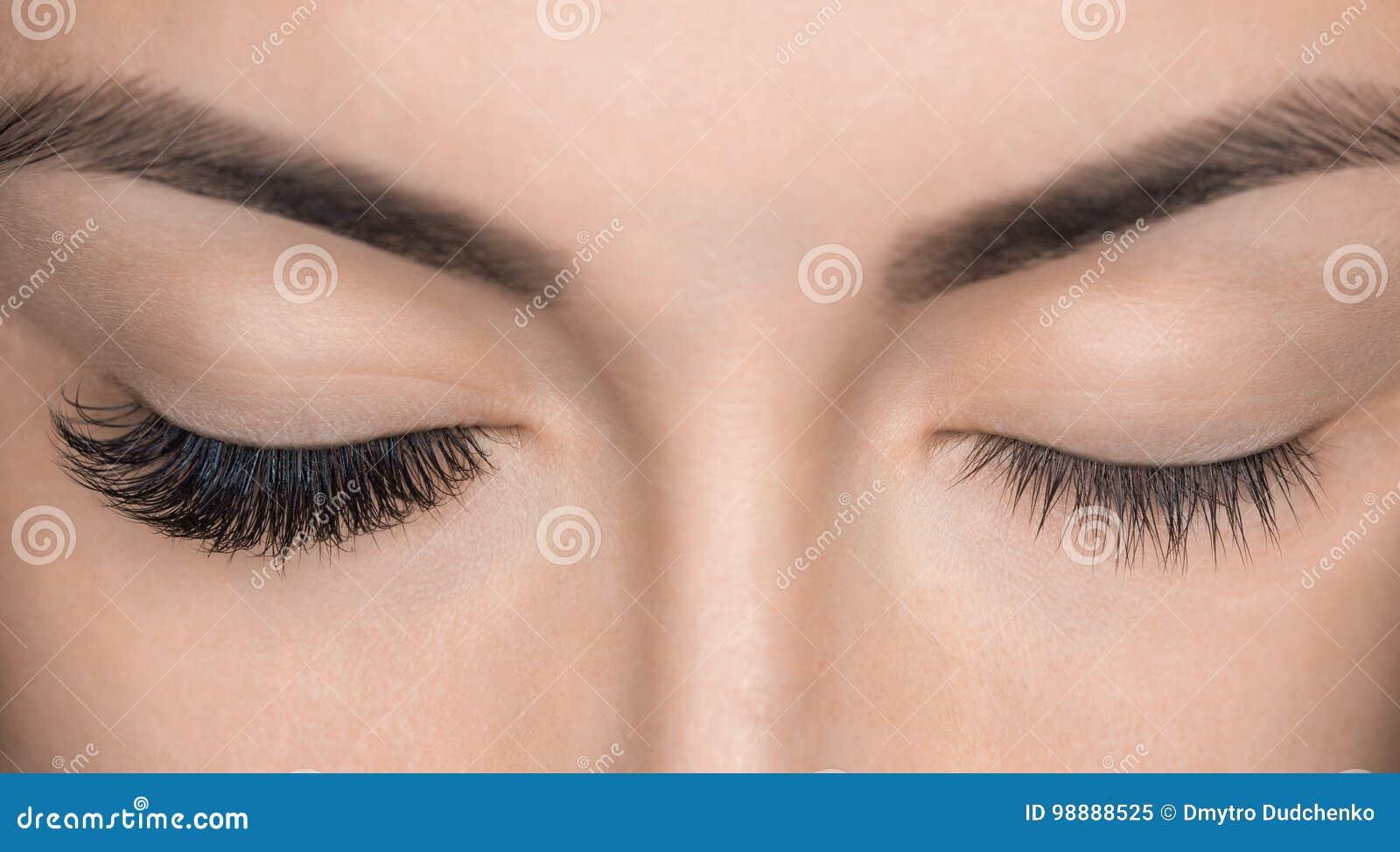 Στενός επάνω διαδικασίας αφαίρεσης Eyelash Όμορφη γυναίκα με τα μακροχρόνια μαστίγια σε ένα σαλόνι ομορφιάς