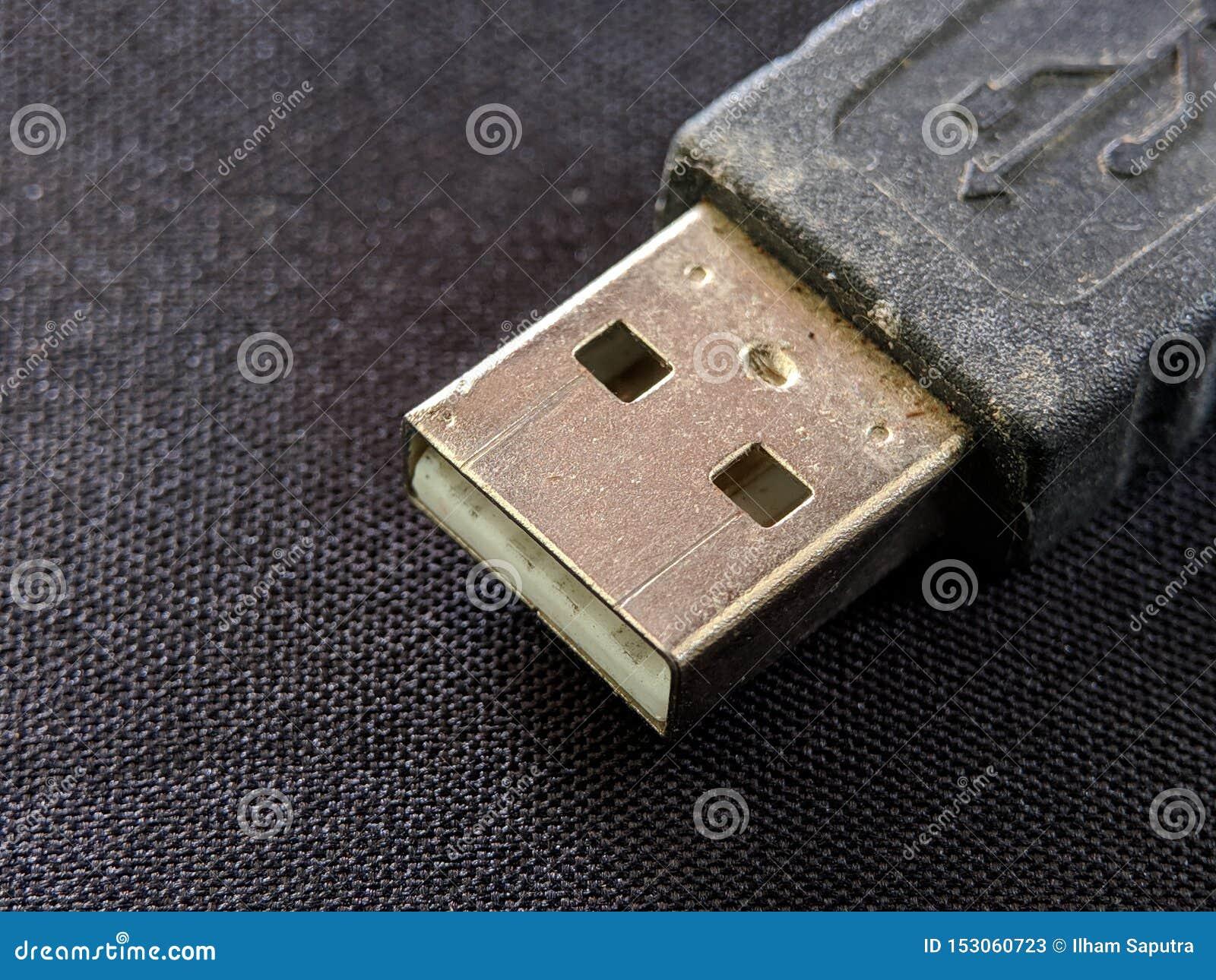 Στενός επάνω λεωφορείων USB καθολικός τμηματικός στη μαύρη σύσταση σκηνικού
