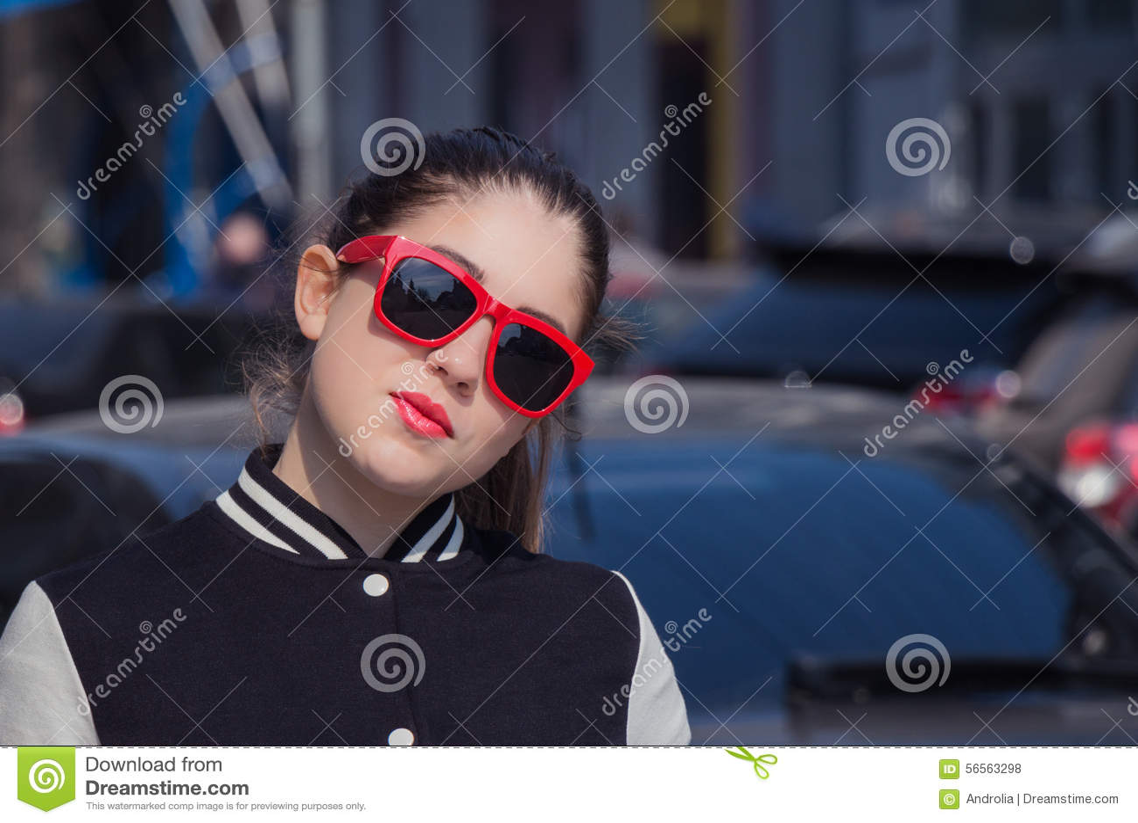 Download Στενός επάνω πορτρέτου ενός μοντέρνου κοριτσιού στα κόκκινα γυαλιά ηλίου Στοκ Εικόνες - εικόνα από εξαρτημάτων, μαύρα: 56563298