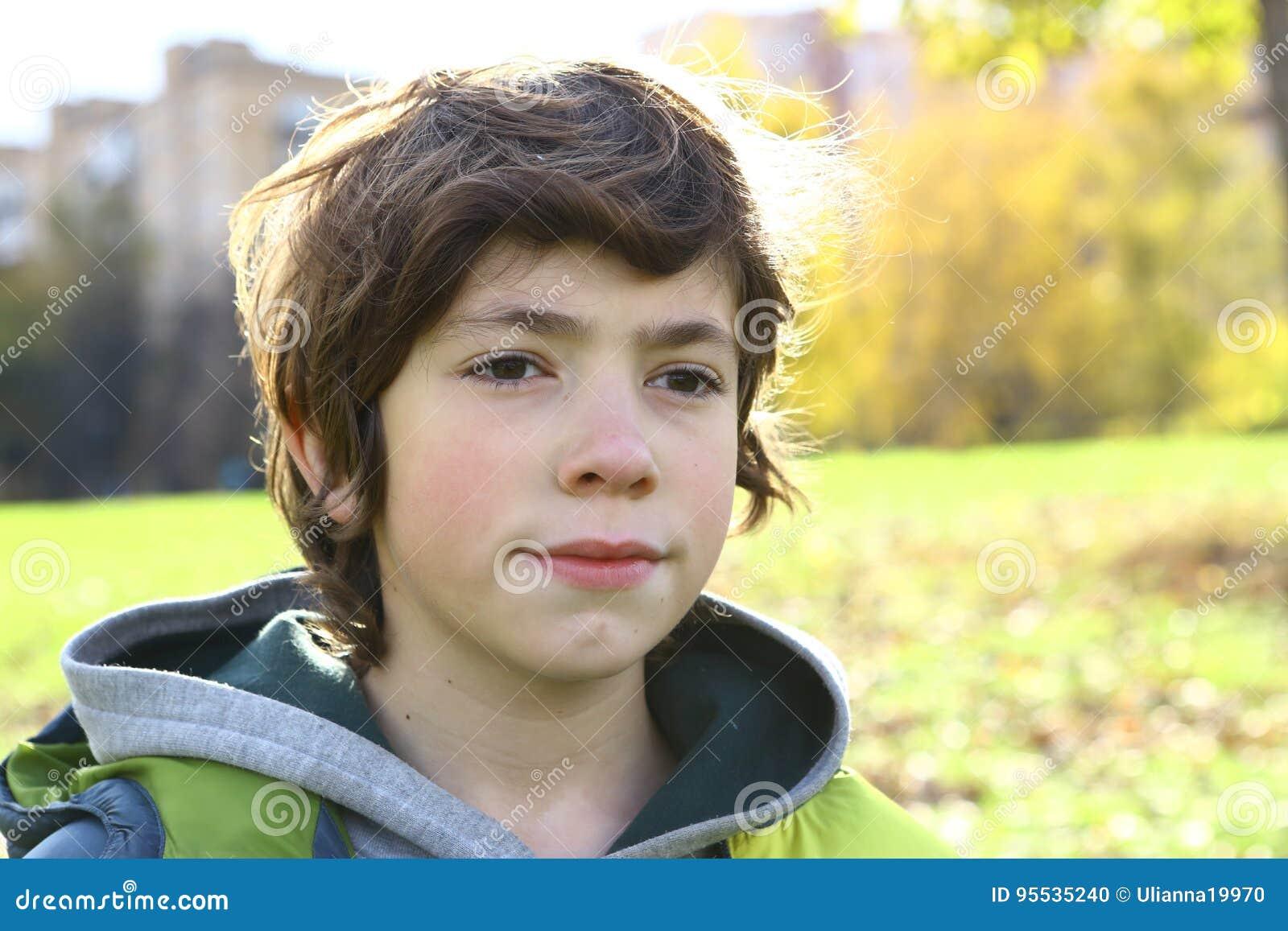 στενό επάνω πορτρέτο αγοριών στο πάρκο πόλεων φθινοπώρου