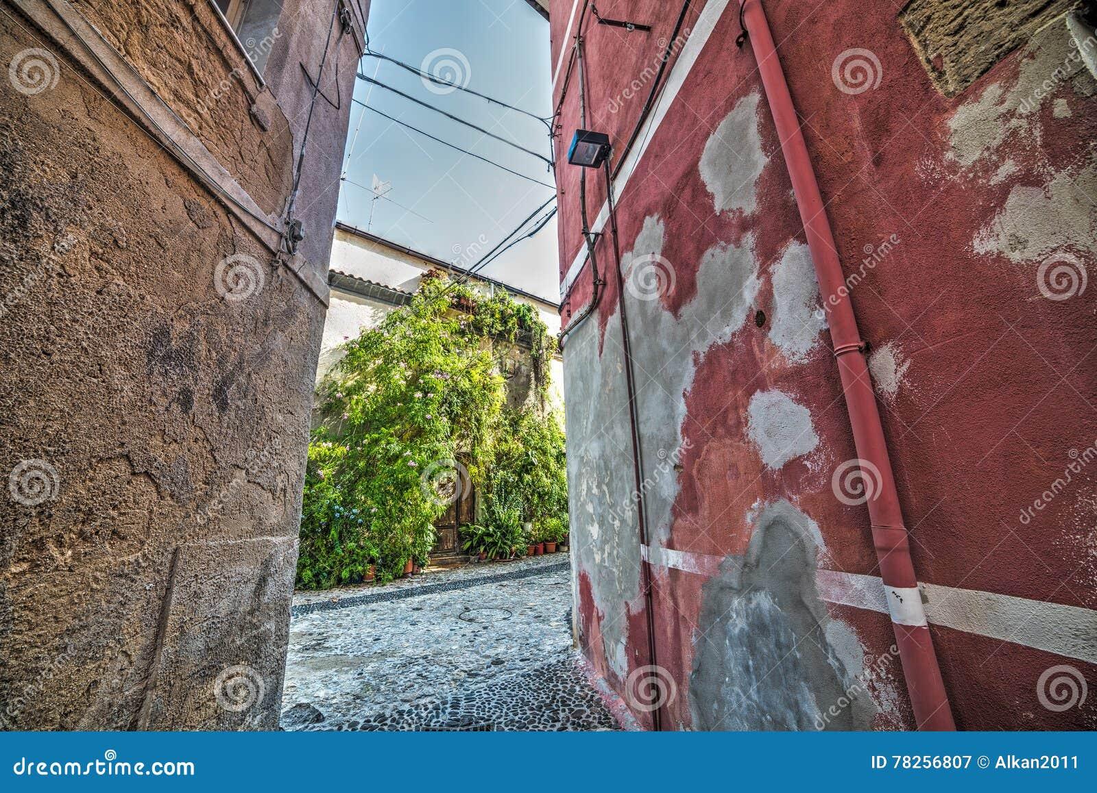 Στενό backstreet στην παλαιά πόλη Sassari