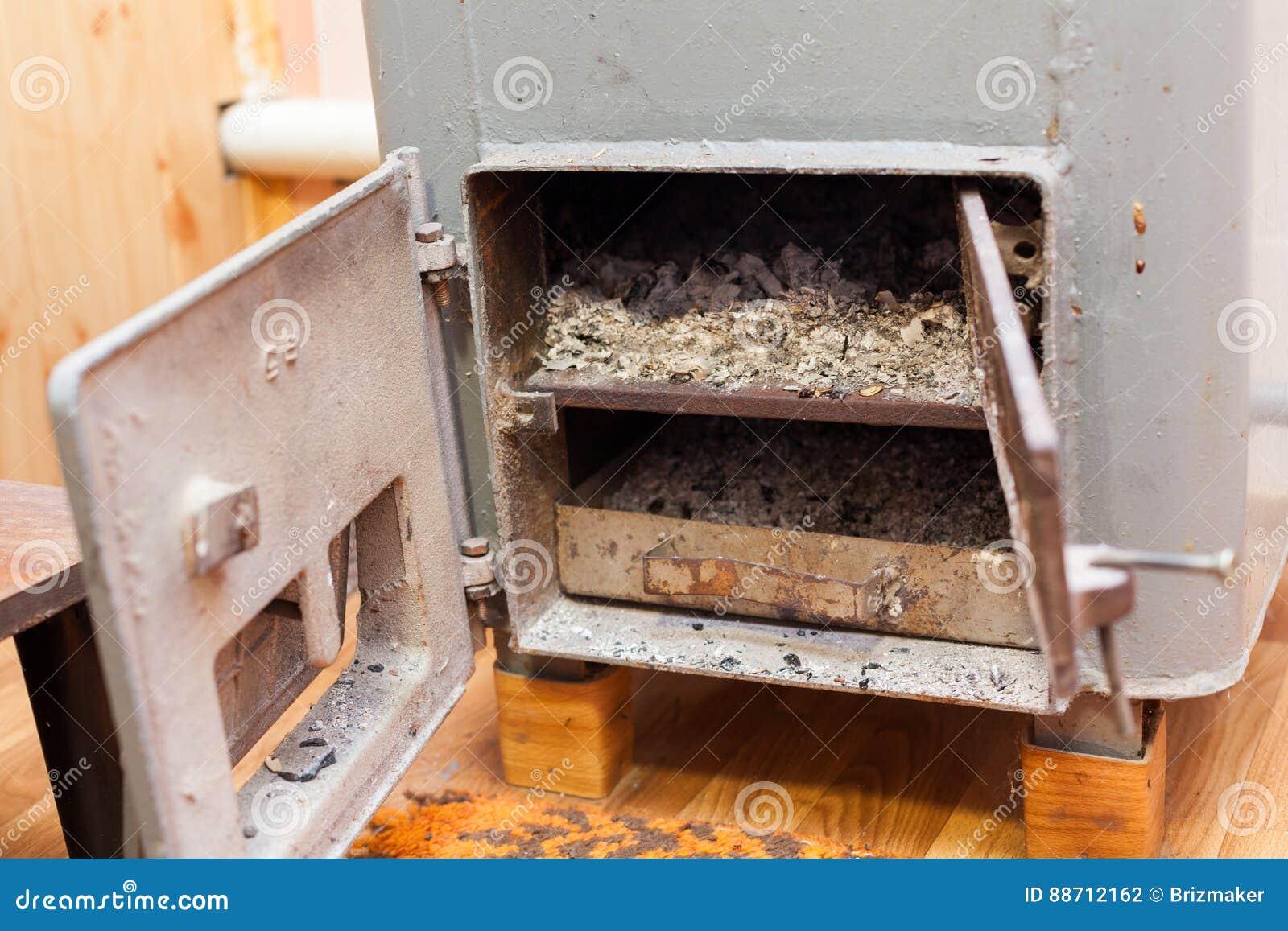 Στερεός βιο λέβητας καυσίμων στο δωμάτιο λεβήτων με τους ξύλινους άνθρακες εγκαυμάτων της πυρκαγιάς
