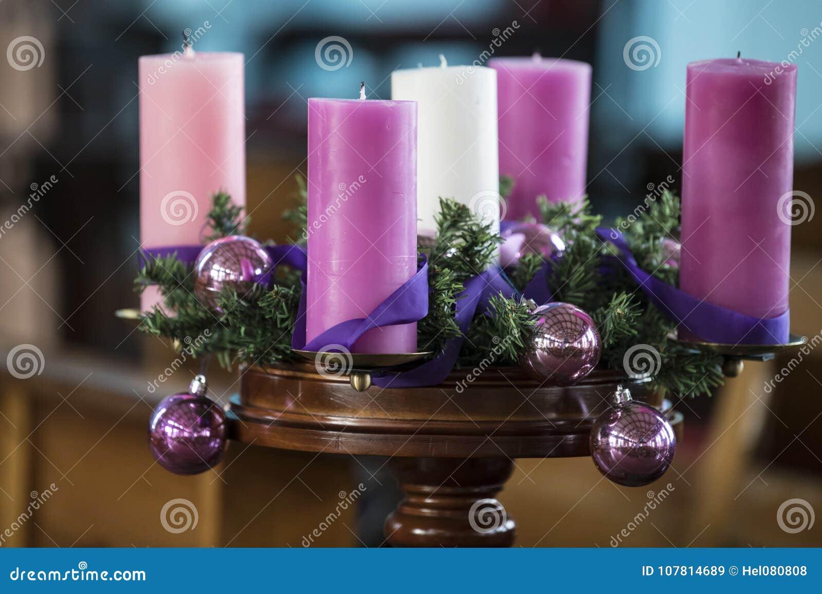 Στεφάνι εμφάνισης με τα ρόδινα κεριά