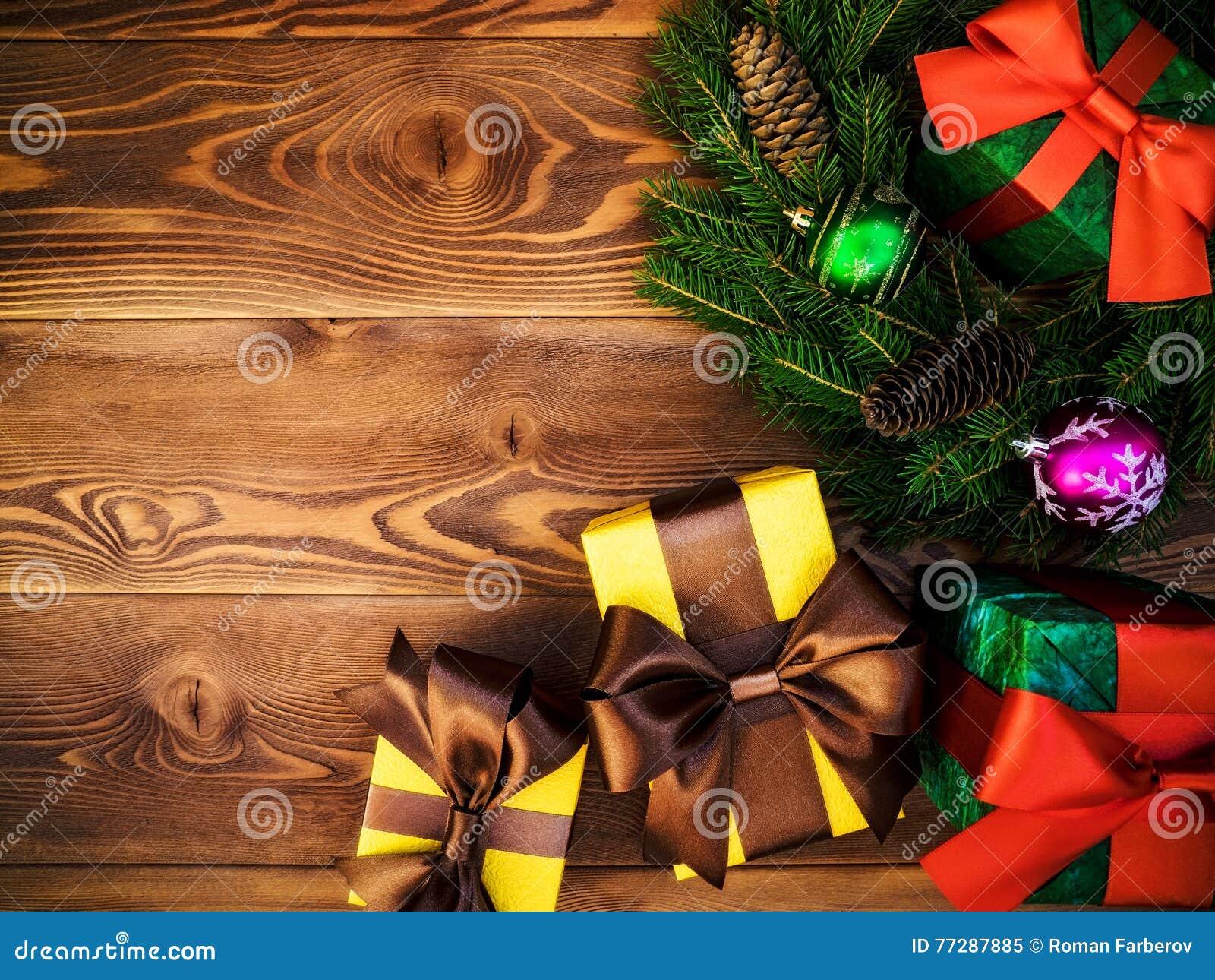 Στεφάνι στον ξύλινο πίνακα δώρο κιβωτίων που τυλίγεται νέο έτος έννοιας Χριστου&gamm