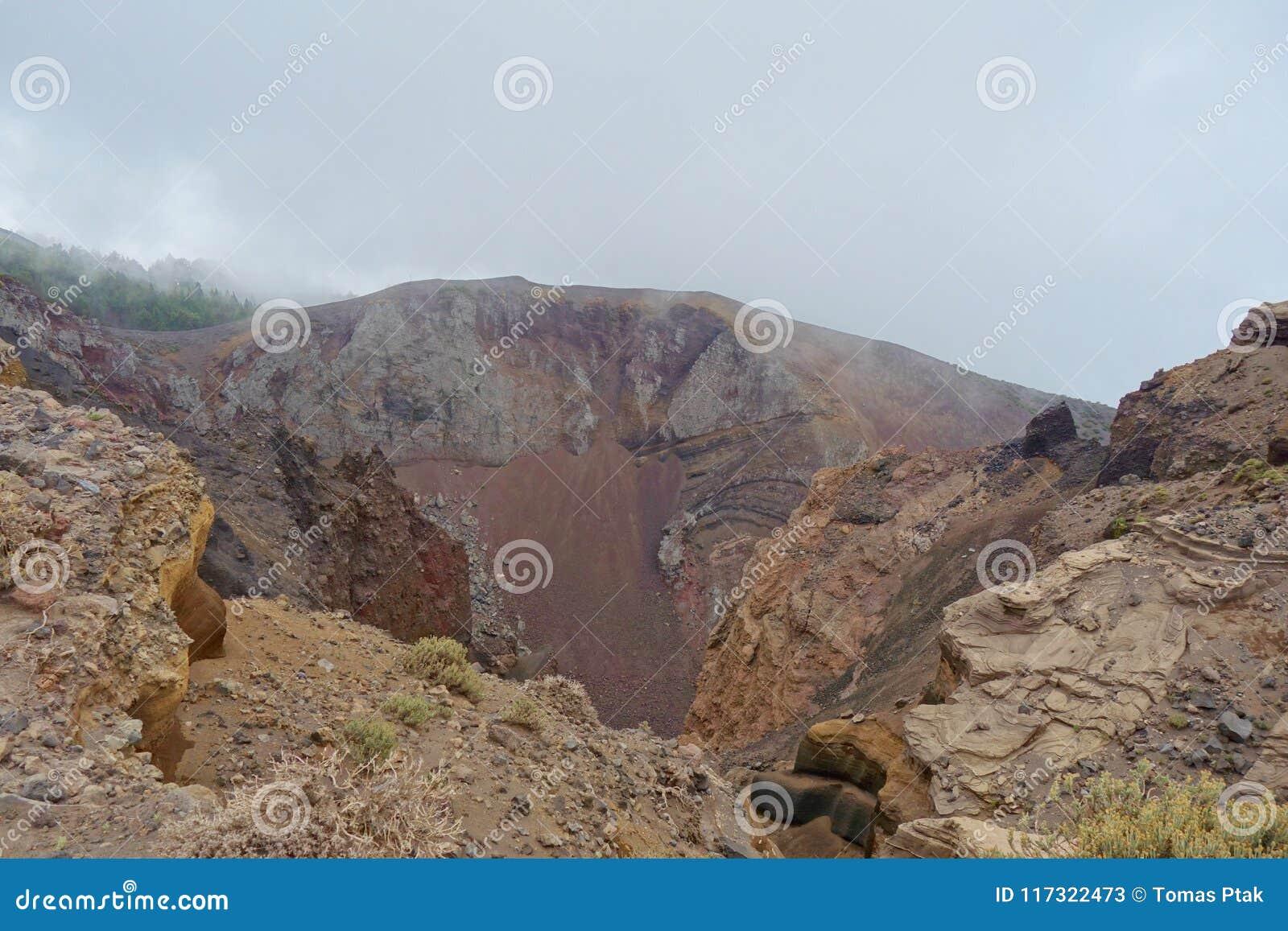 Στην άκρη ενός ηφαιστείου στο νησί Λα Palma, ίχνος GR131 Ruta de Los Volcanes πεζοπορίας που οδηγεί από Fuencaliente Tazacorte, C