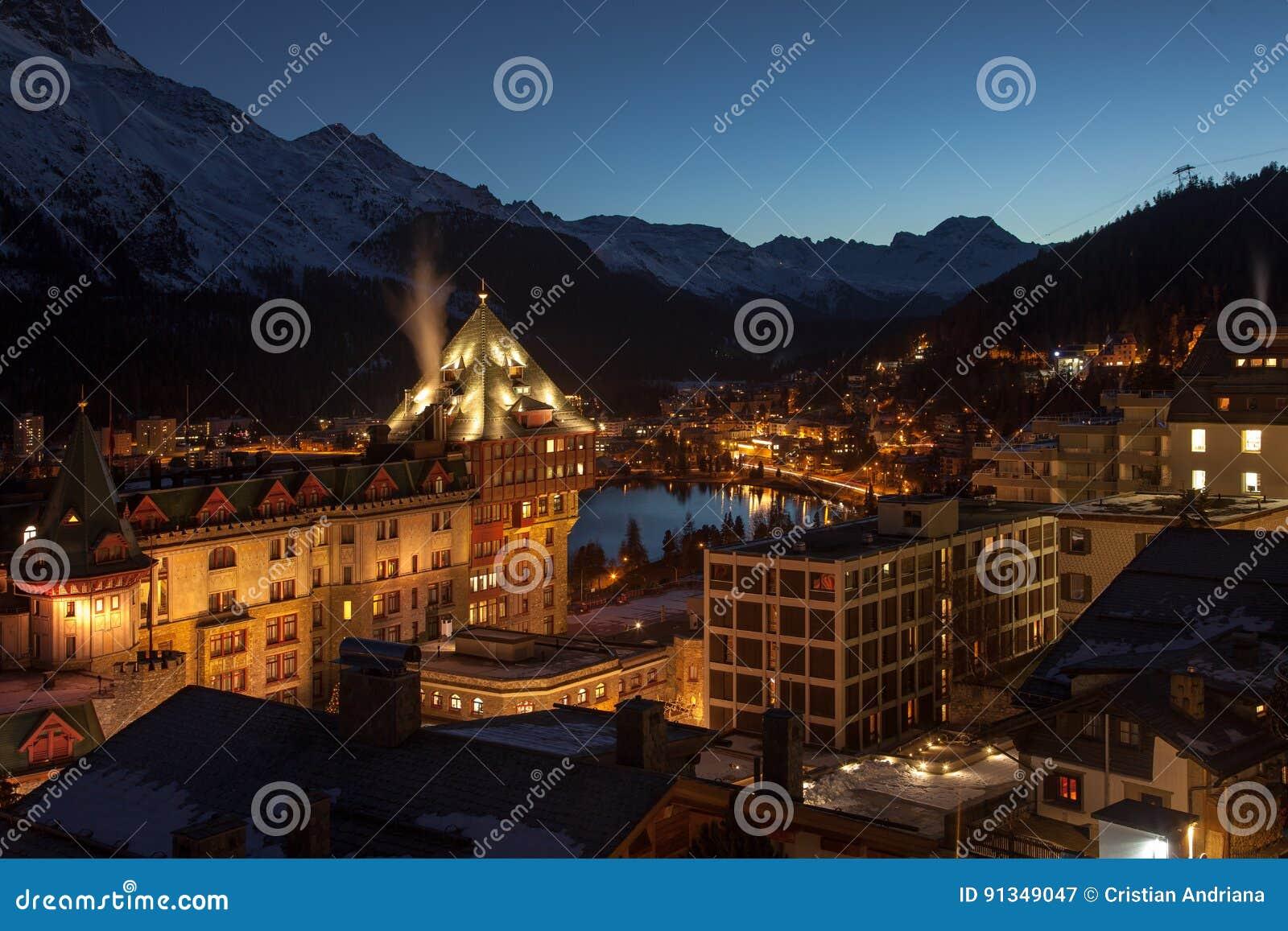 Στην αυγή Καταπληκτικό τοπίο βουνών από το ST Moritz, Ελβετία