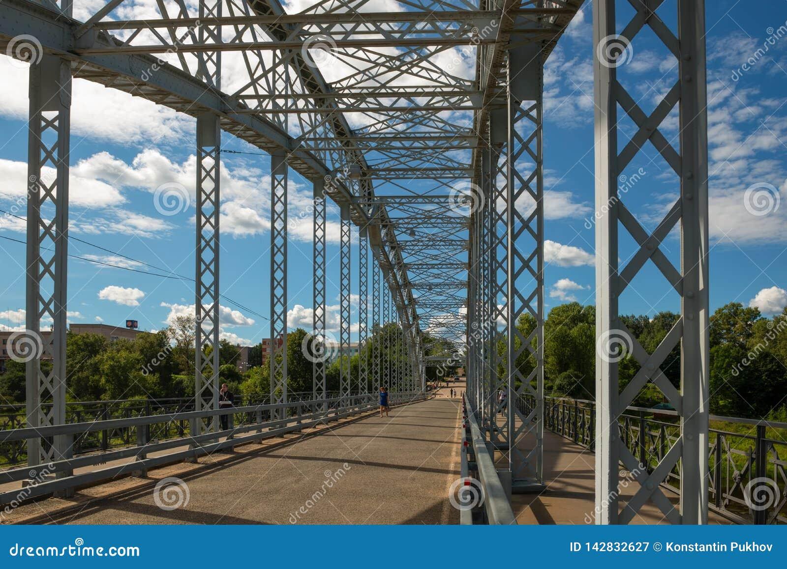 Στη γέφυρα αψίδων στον ποταμό Msta