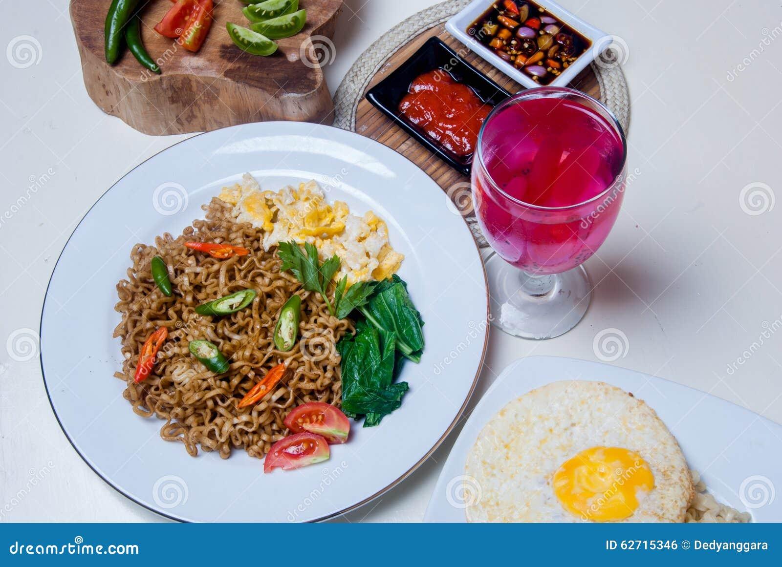 Στιγμιαία νουντλς με τα ασιατικά γούστα υπάρχουν αυγά και ποτά