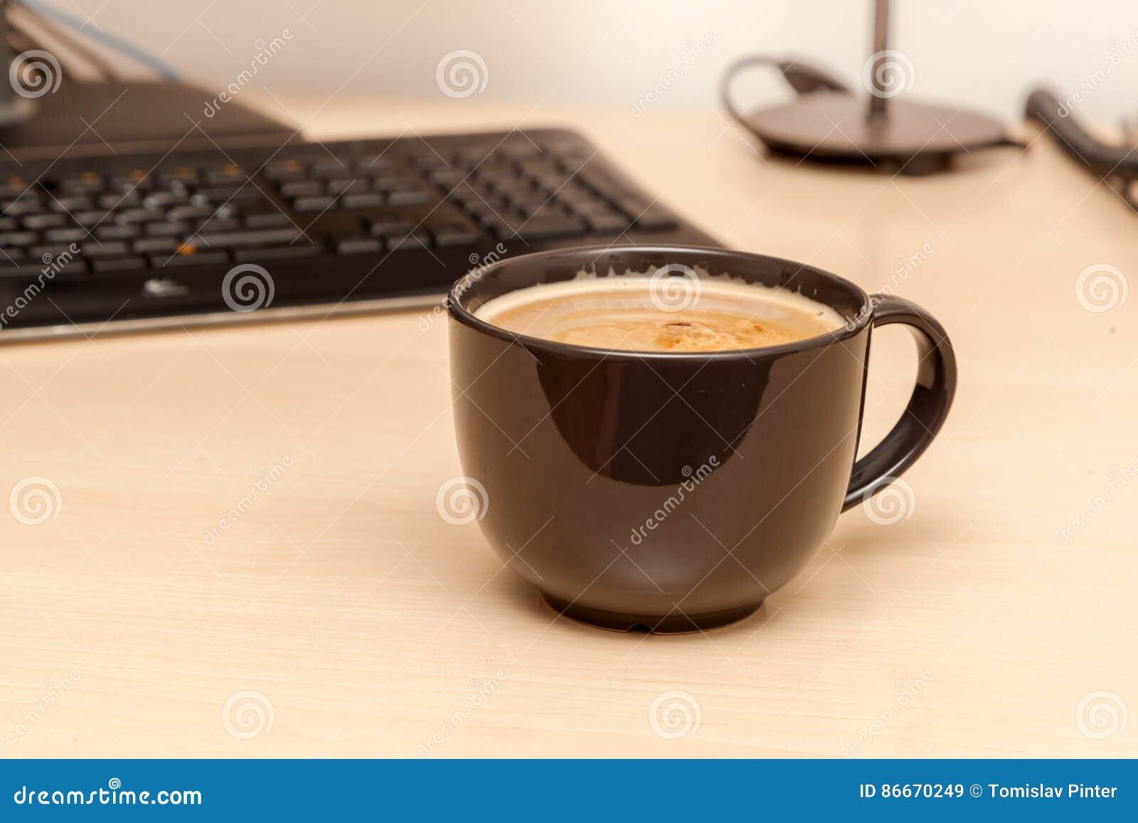 Στιγμιαίος καφές στο σύγχρονο γραφείο