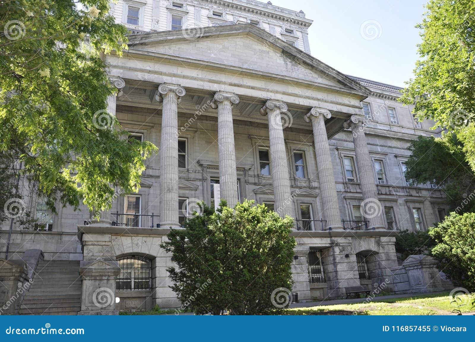 Στις 26 Ιουνίου του Μόντρεαλ: Κτήριο υπηρεσιών des Finances από τη rue Notre Dame του Μόντρεαλ στον Καναδά