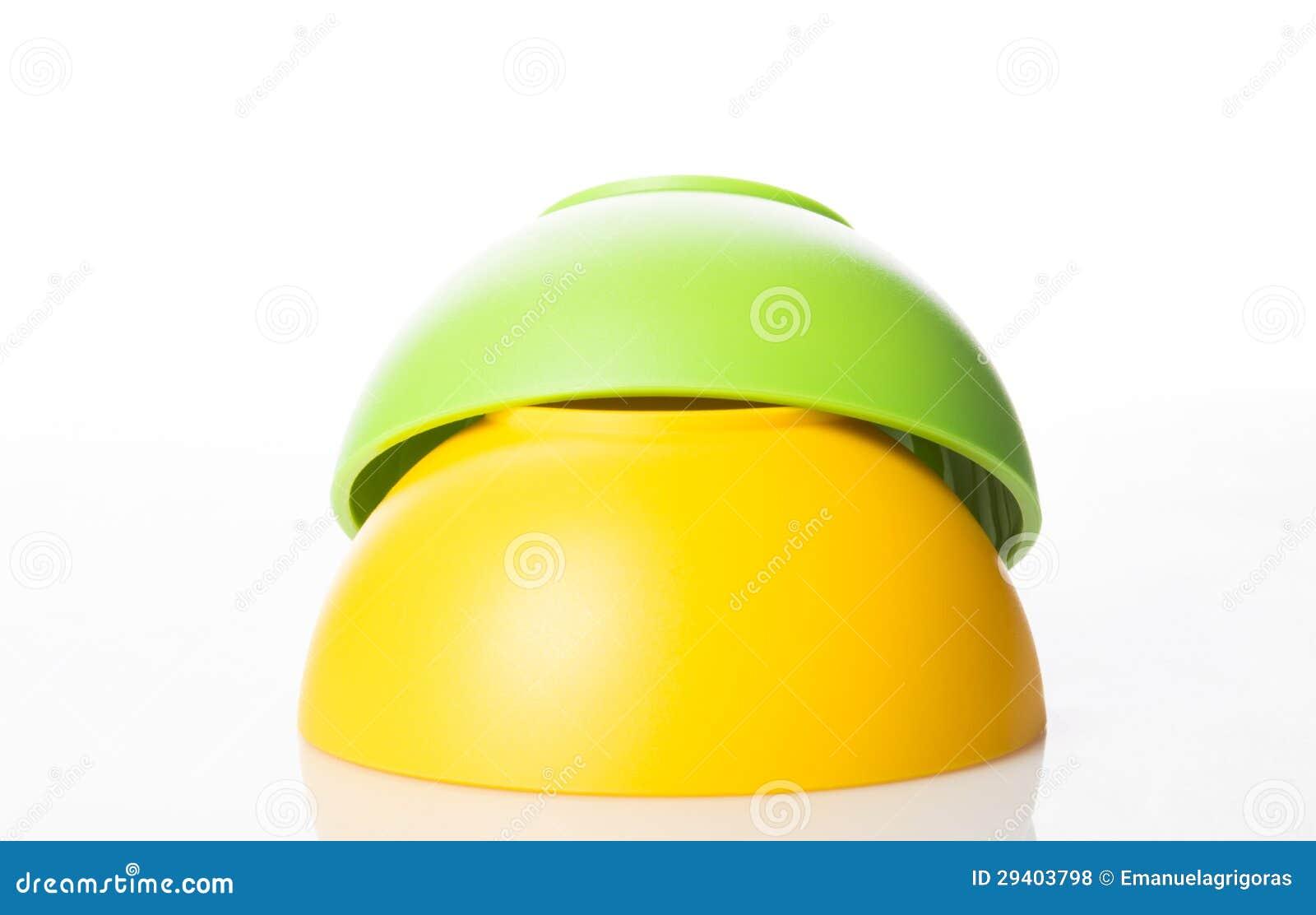Στοίβα των ζωηρόχρωμων πλαστικών κύπελλων