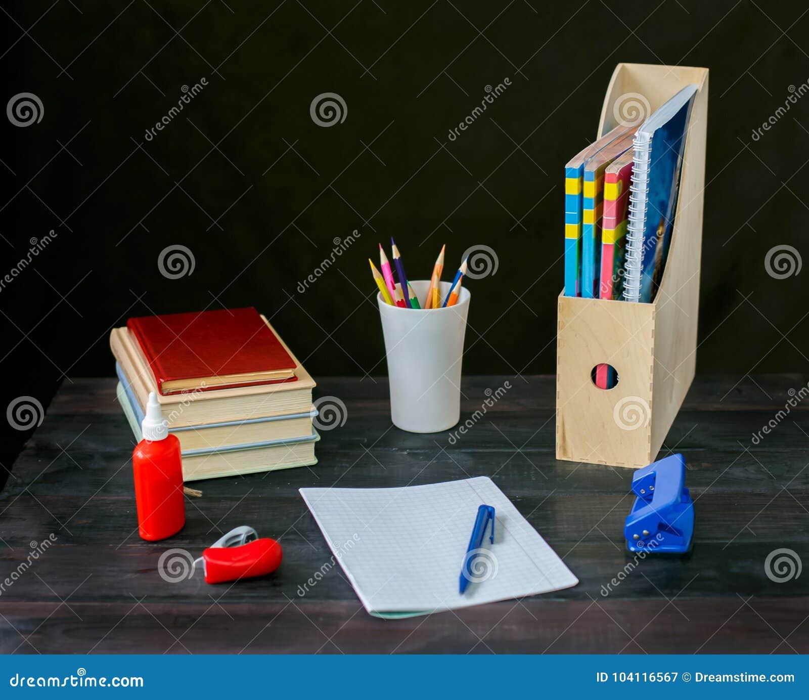 Στον πίνακα βάλτε ένα βιβλίο, σημειωματάριο με τη μάνδρα,