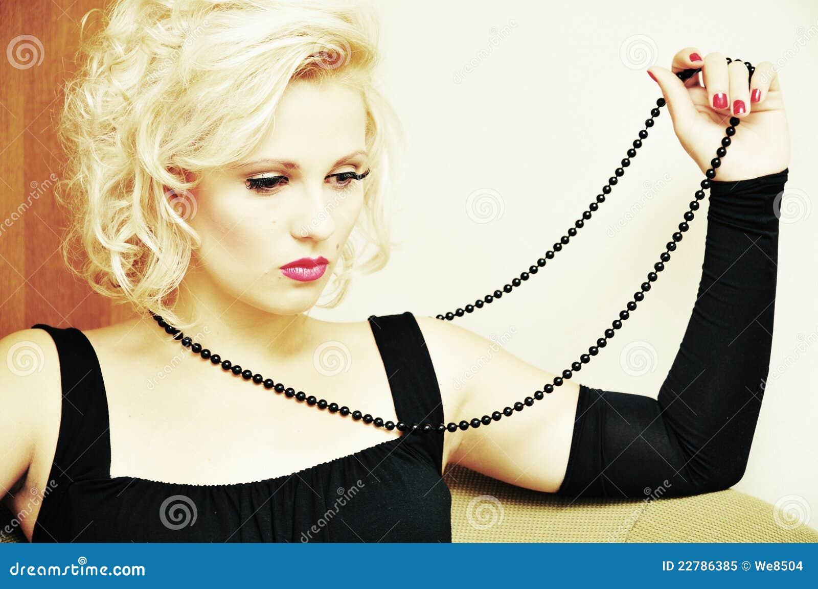 στοχαστική γυναίκα συμβολοσειράς χαντρών μαύρη όμορφη