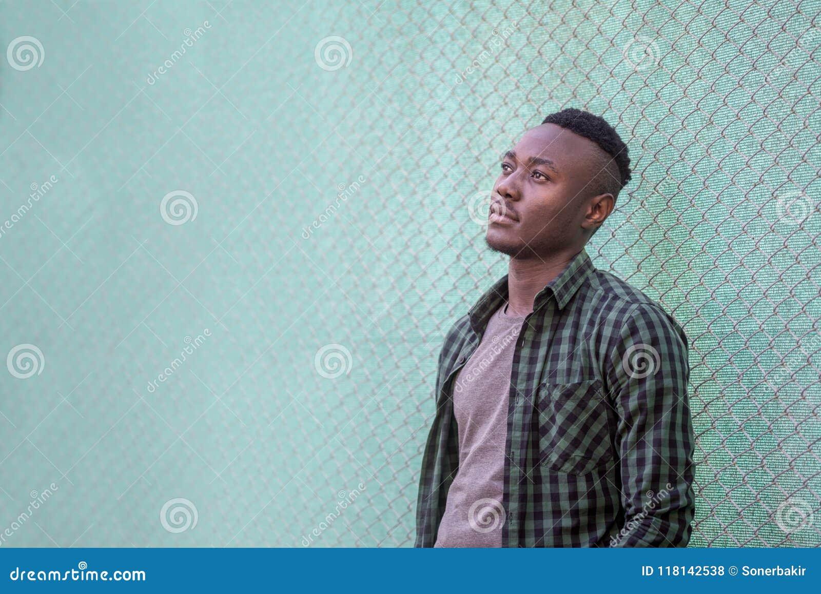 Στοχαστικό μαύρο αρσενικό πρότυπο ζωή αστική Σκεπτικό άτομο αφροαμερικάνων υπαίθρια, έννοια ύφους