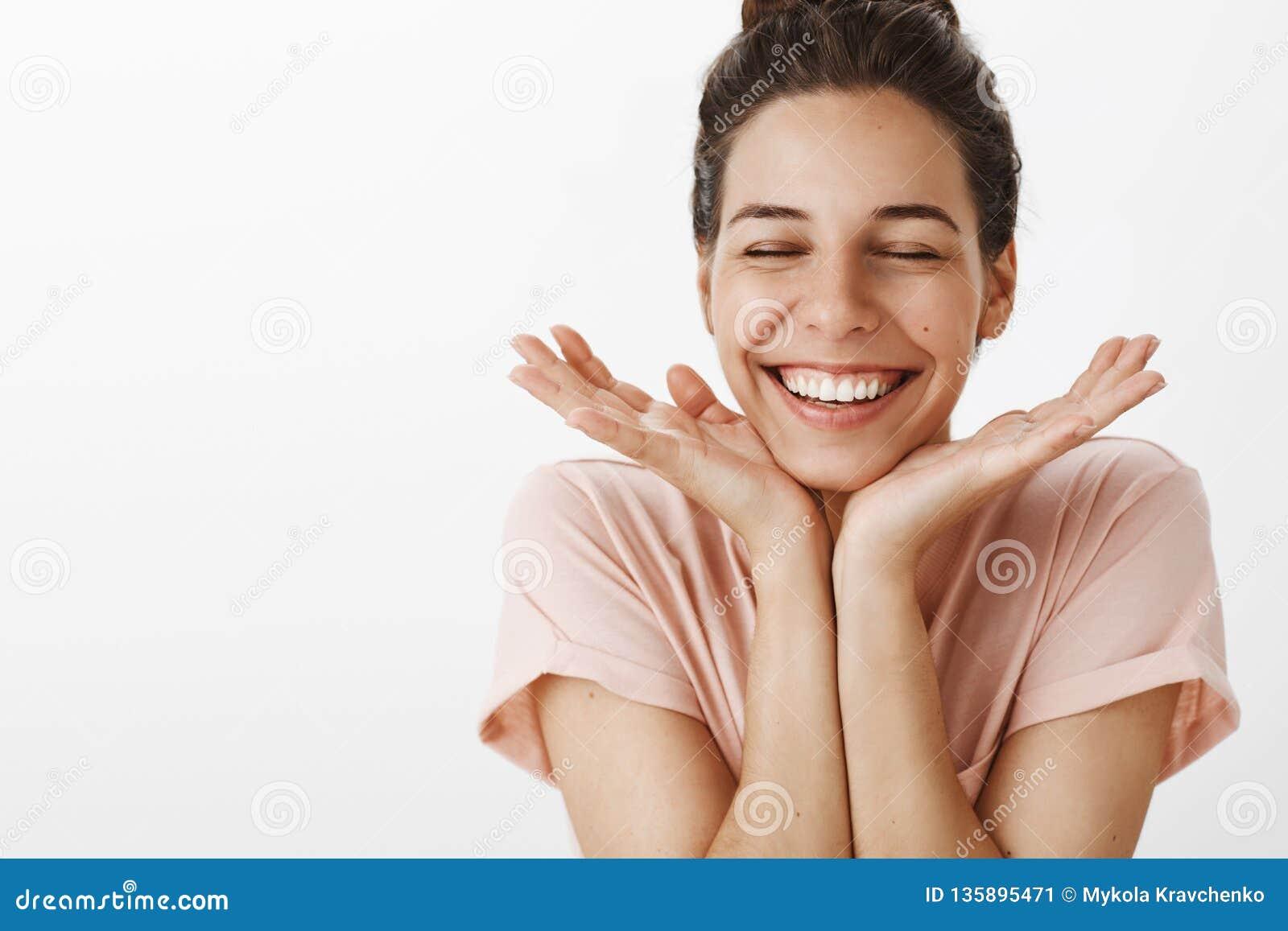 Στούντιο που βλασταίνεται της γυναίκας που αισθάνεται τις ευτυχείς και χαρούμενες χαρωπά ιδιαίτερες προσοχές από το κλίνοντας κεφ