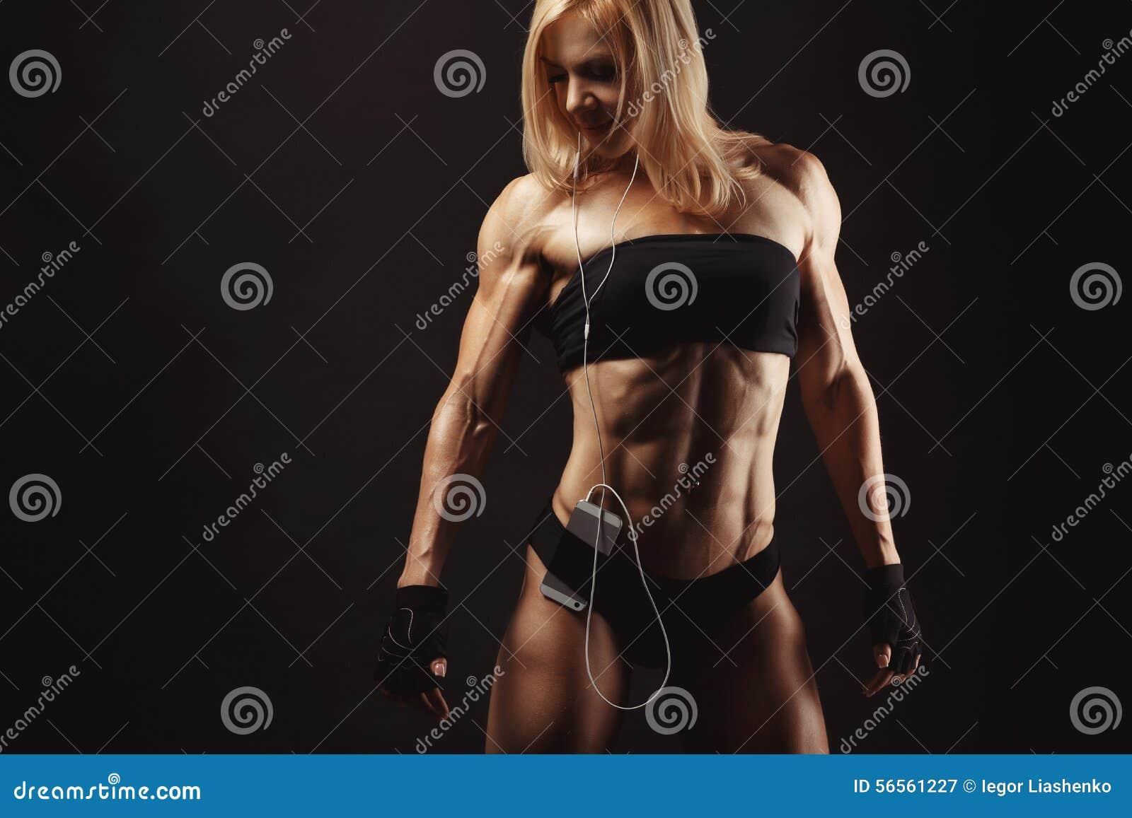 Download Στούντιο που πυροβολείται της μυϊκής νέας γυναίκας Στοκ Εικόνα - εικόνα από θηλυκό, διάστημα: 56561227