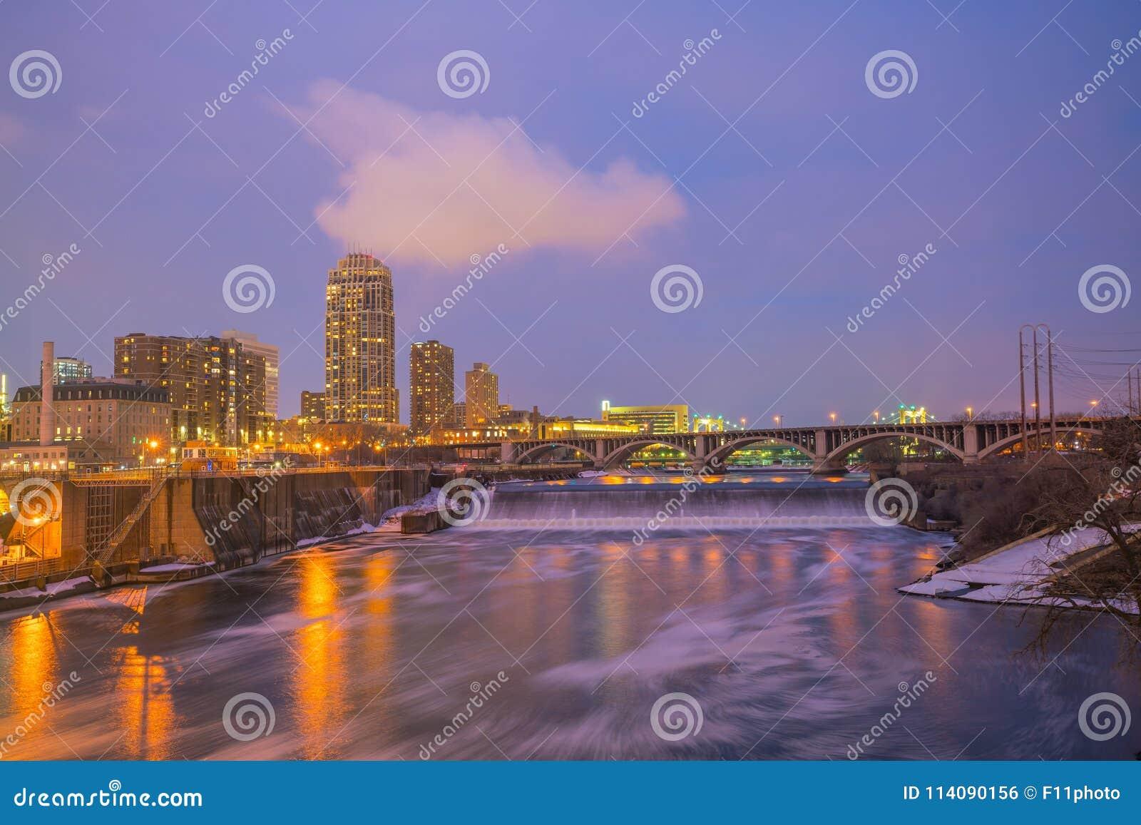 Στο κέντρο της πόλης ορίζοντας της Μινεάπολη σε Μινεσότα, ΗΠΑ