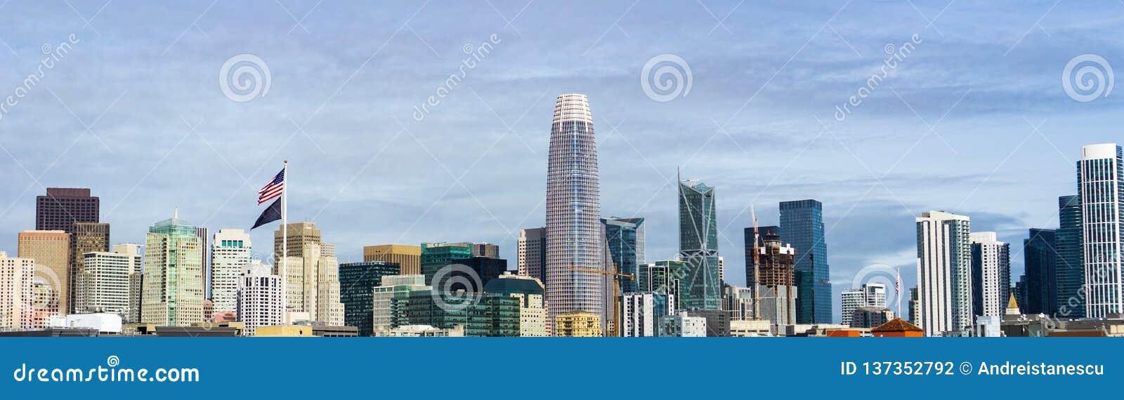Στο κέντρο της πόλης ορίζοντας του Σαν Φρανσίσκο με τα παλαιά κτήρια στη αριστερή πλευρά, εναντίον νέων στη δεξιά πλευρά