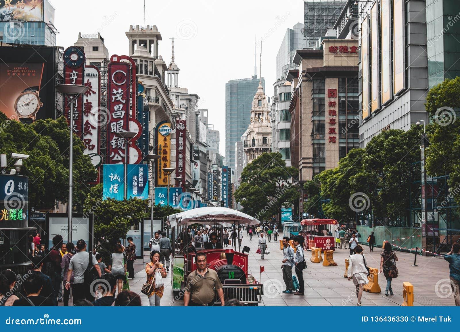 Στο κέντρο της πόλης Σαγκάη όπου οι άνθρωποι περπατούν στις οδούς