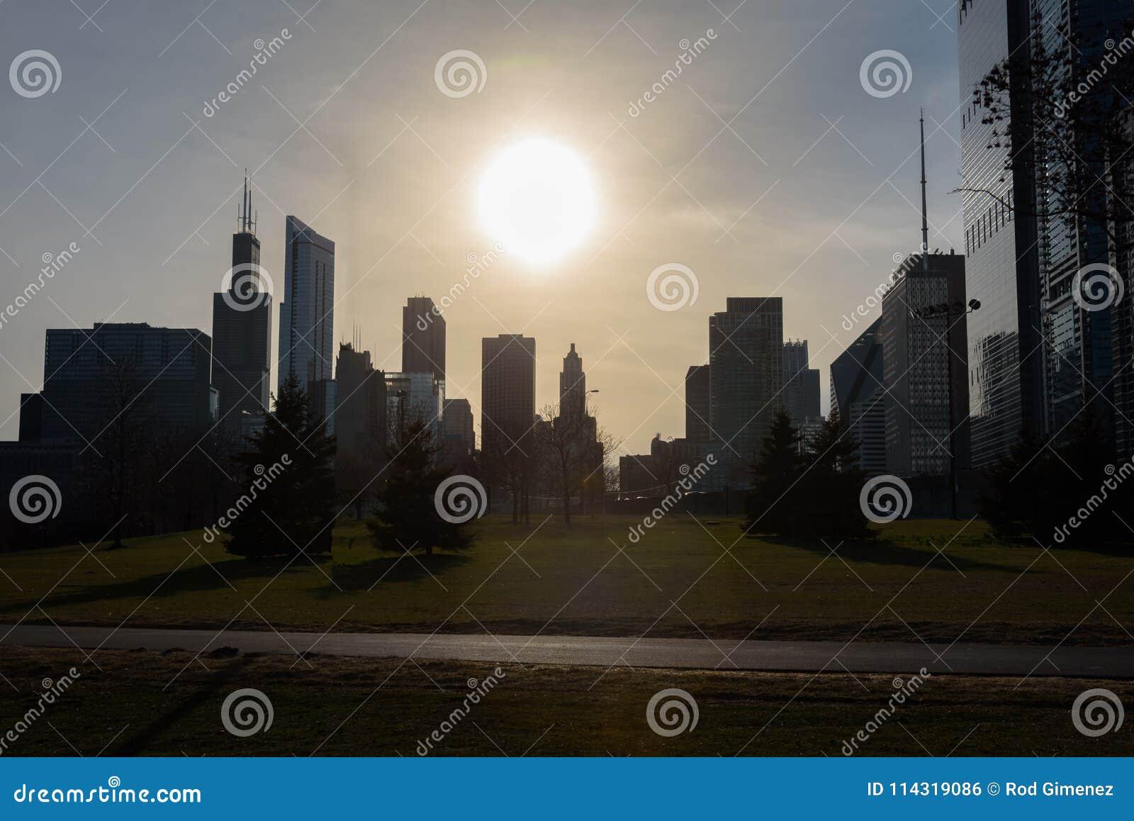 Στο κέντρο της πόλης σκιαγραφία του Σικάγου που πυροβολείται κατά τη διάρκεια του ηλιοβασιλέματος