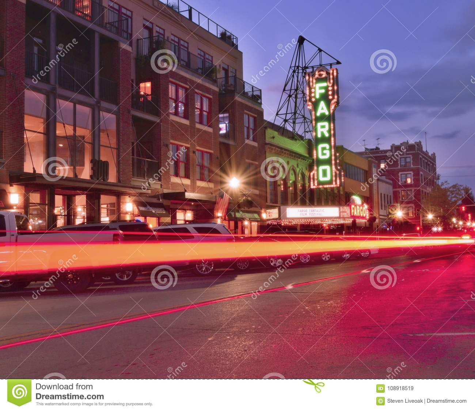 Στο κέντρο της πόλης Fargo και ο κινηματογράφος Fargo theate τη νύχτα