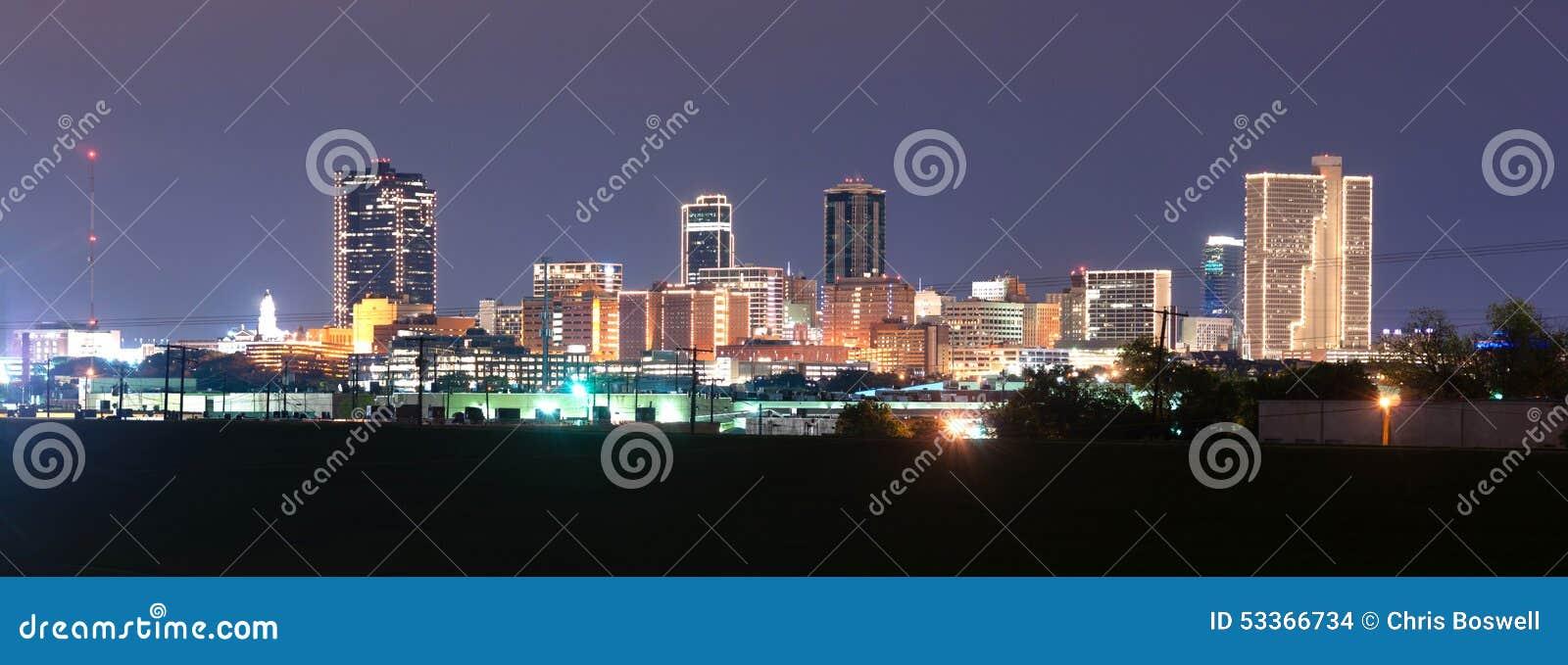 Στο κέντρο της πόλης ποταμός τριάδας οριζόντων του Fort Worth Τέξας αργά - νύχτα