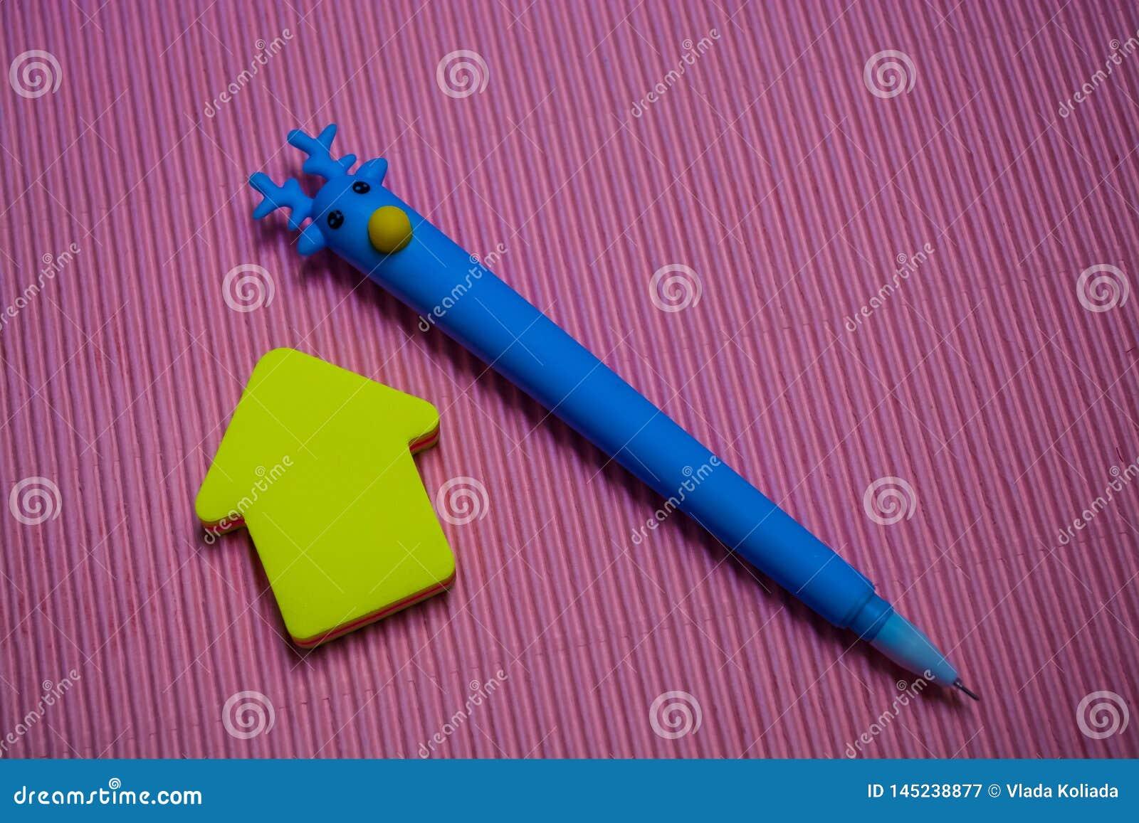 Στο μονοφωνικό φωτεινό ρόδινο υπόβαθρο η ασυνήθιστη μπλε μάνδρα με το