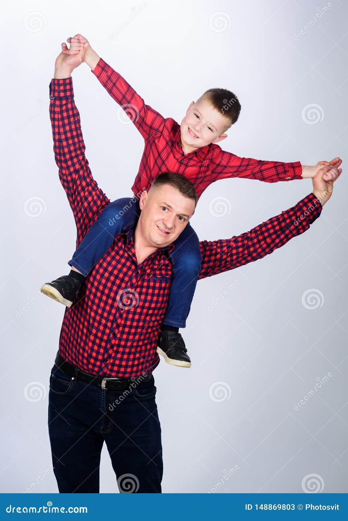 Στο dreamland r Μικρό παιδί με το άτομο μπαμπάδων r o _ πατέρας και γιος στο κόκκινο