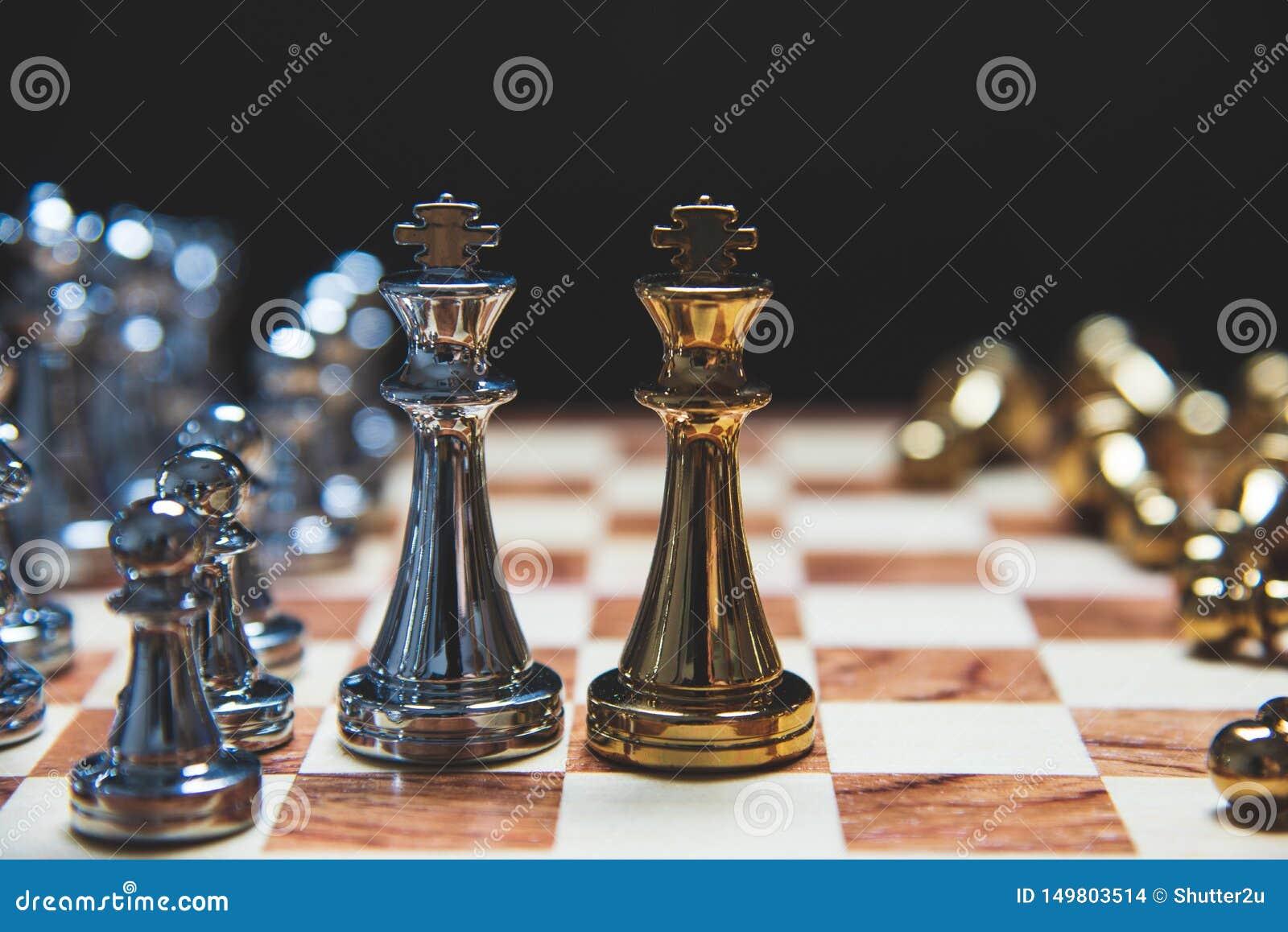 Στρατηγική της ηγεσίας ως βασιλιά που αντιμετωπίζει ο ένας τον άλλον στον ξύλινο πίνακα σκακιού στη θέση ματ Επιχειρησιακό μάρκετ