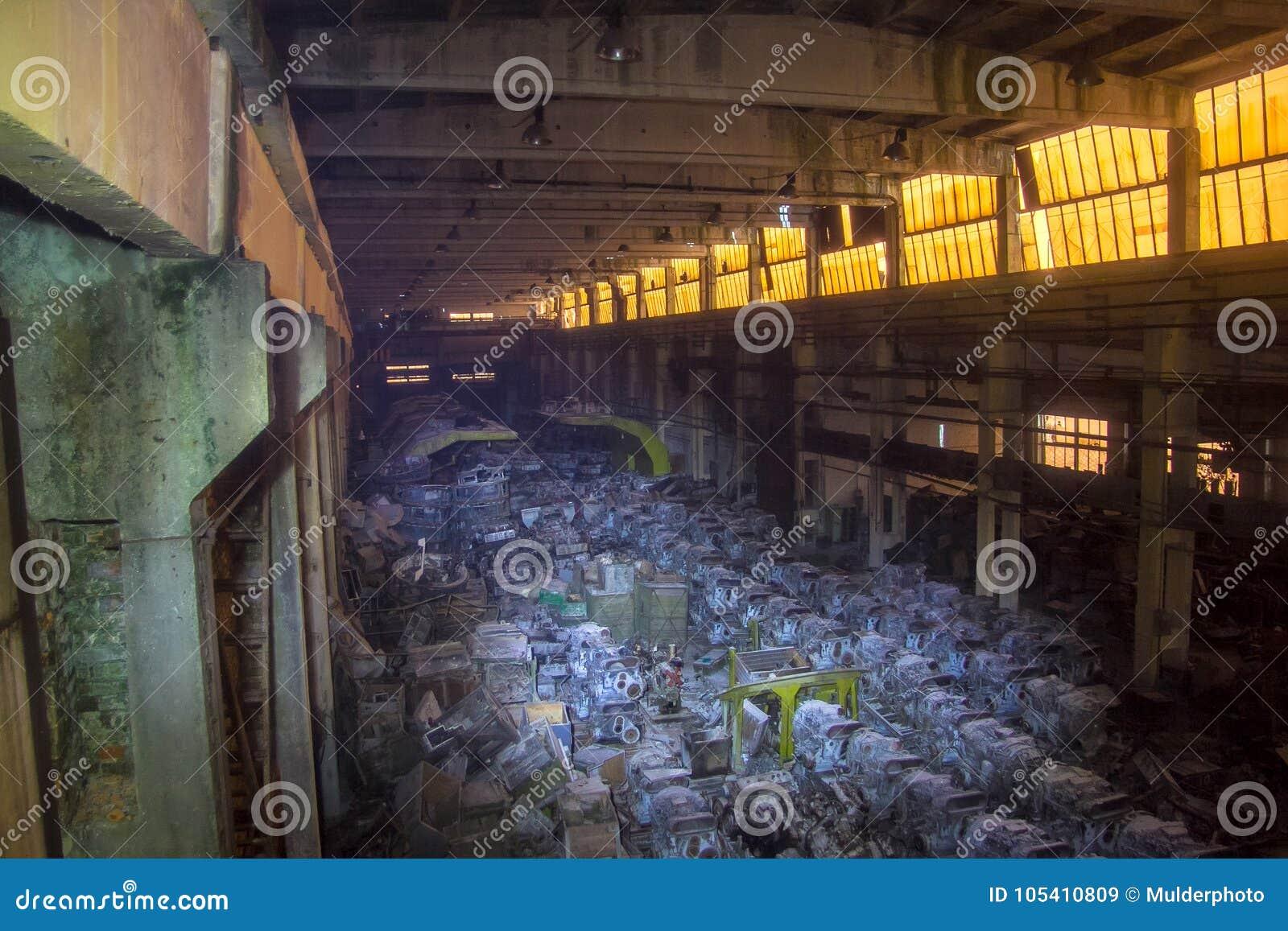 Στρατιωτική αποθήκη εμπορευμάτων με τις οξυδωμένες μηχανές diesel δεξαμενών, Kharkov, Ουκρανία