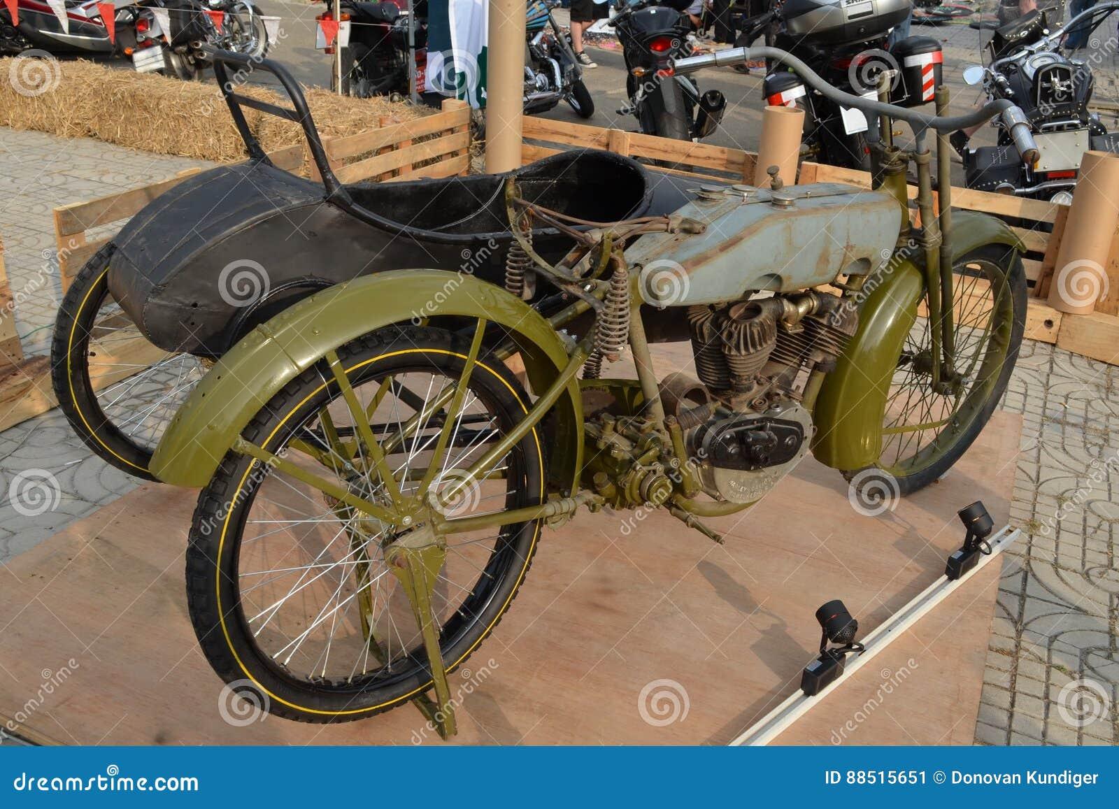 Στρατιωτική μοτοσικλέτα χ-δ WWI με το δευτερεύον αυτοκίνητο