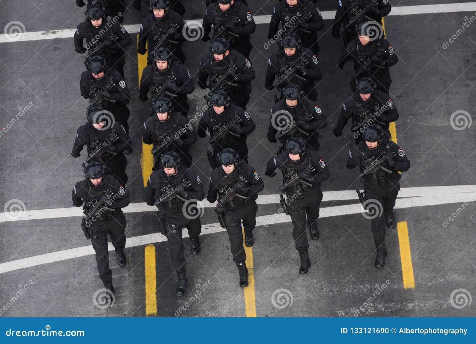 Στρατιωτική παρέλαση που γιορτάζει τη εθνική μέρα της Ρουμανίας