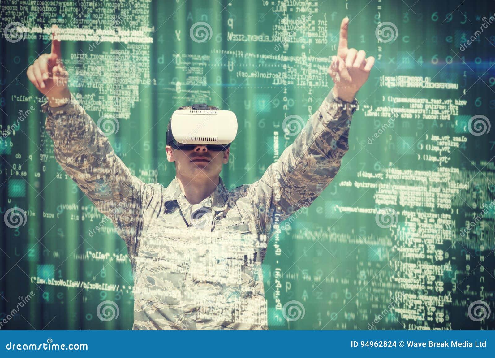 Στρατιωτικός στρατιώτης που χρησιμοποιεί την τρισδιάστατη κάσκα εικονικής πραγματικότητας