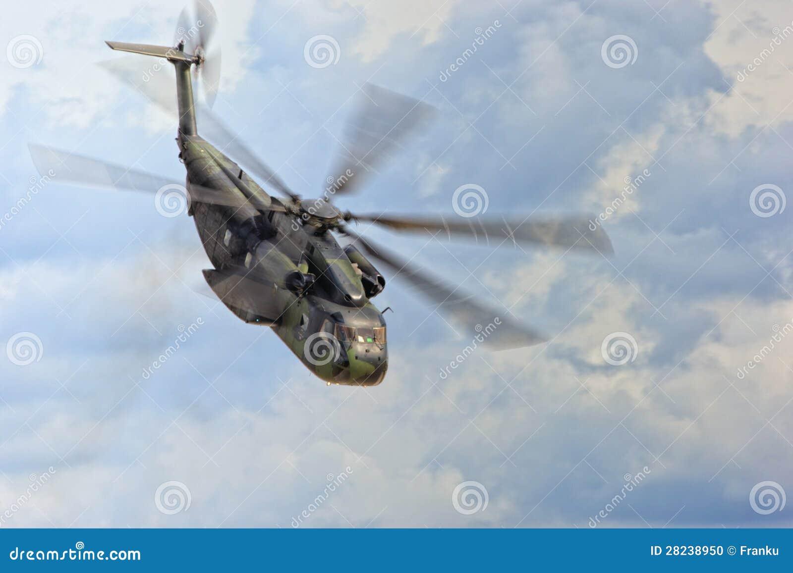 Στρατιωτικό ελικόπτερο κατά την πτήση
