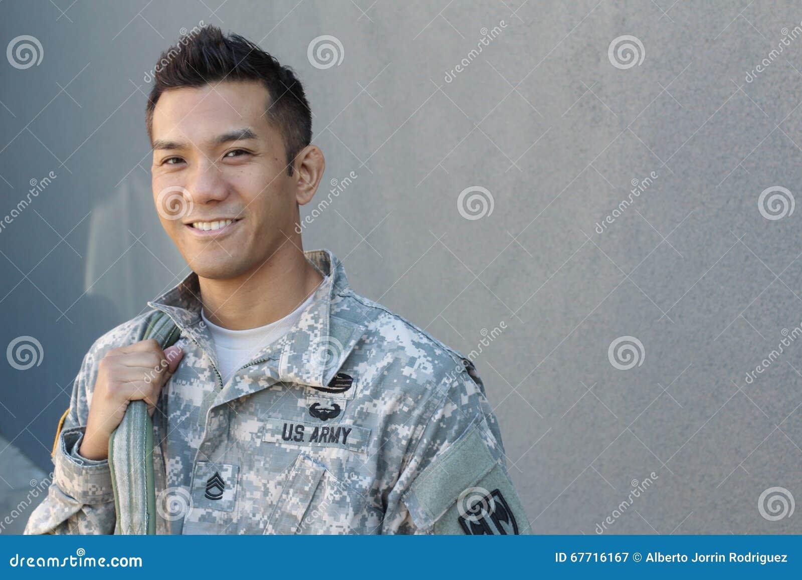Στρατιωτικό όμορφο ασιατικό άτομο στρατού