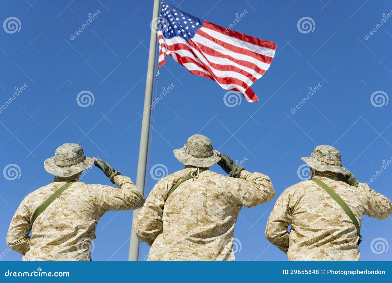 Στρατιώτες που χαιρετίζουν μια αμερικανική σημαία