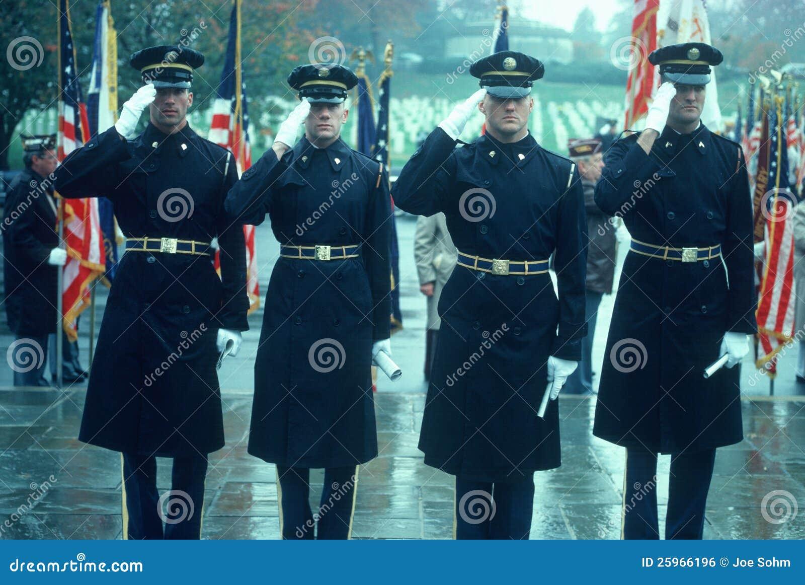 Στρατιώτες στην προσοχή στην υπηρεσία ημέρας παλαιμάχων