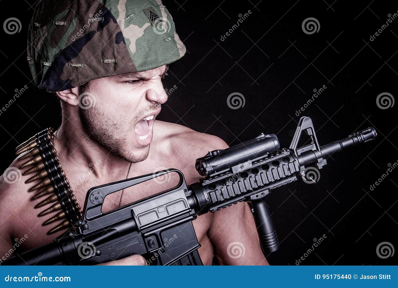 στρατιώτης με το πυροβόλο όπλο