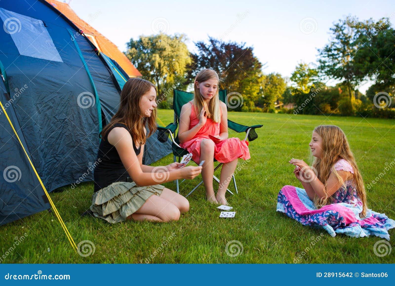 Στρατοπέδευση τριών κοριτσιών