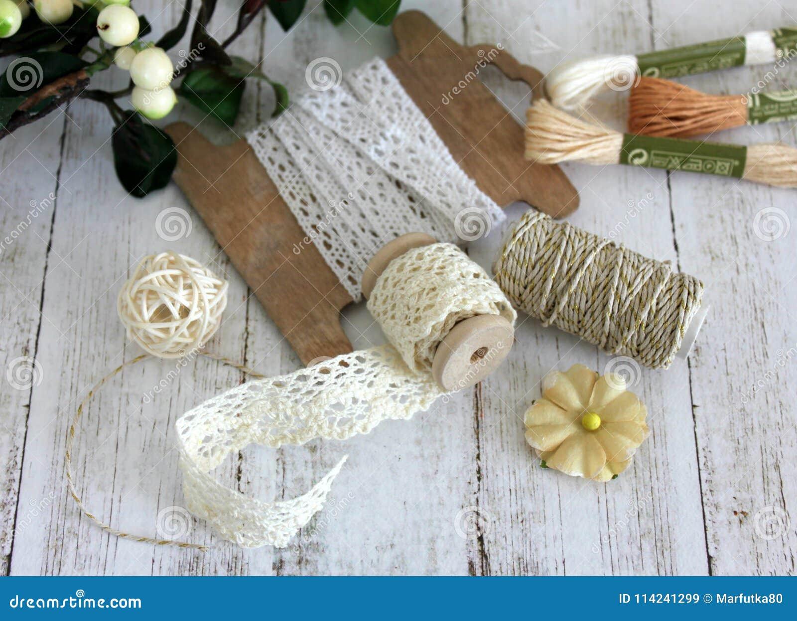 Στροφία με την περιποίηση δαντελλών και το σπάγγο αρτοποιών ` s Δαντέλλες και περιποιήσεις Επεξεργαμένος και ράβοντας προμήθειες