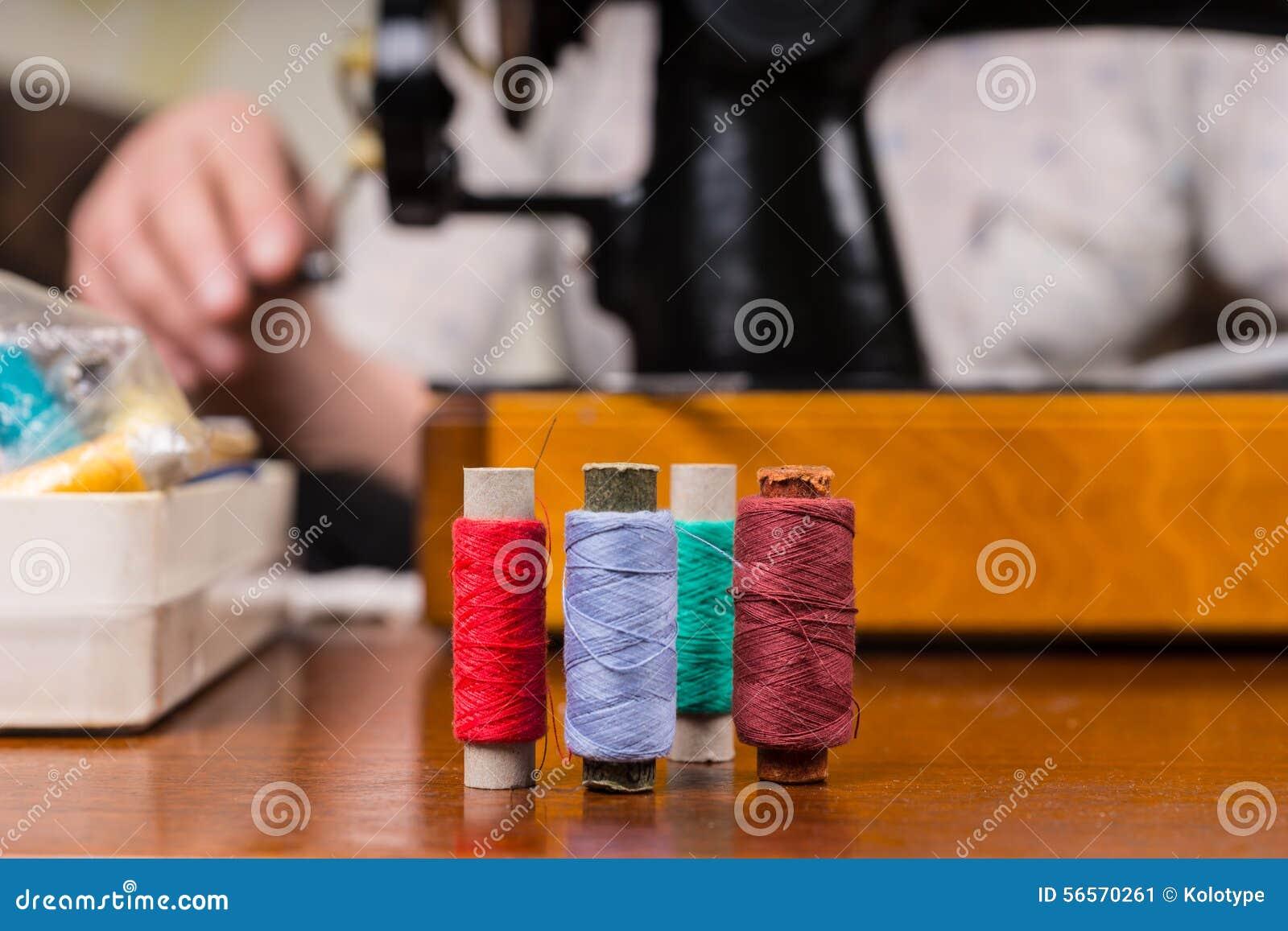 Download Στροφία του νήματος στον πίνακα από τη ράβοντας μηχανή Στοκ Εικόνα - εικόνα από βακκινίων, μικροδουλειά: 56570261