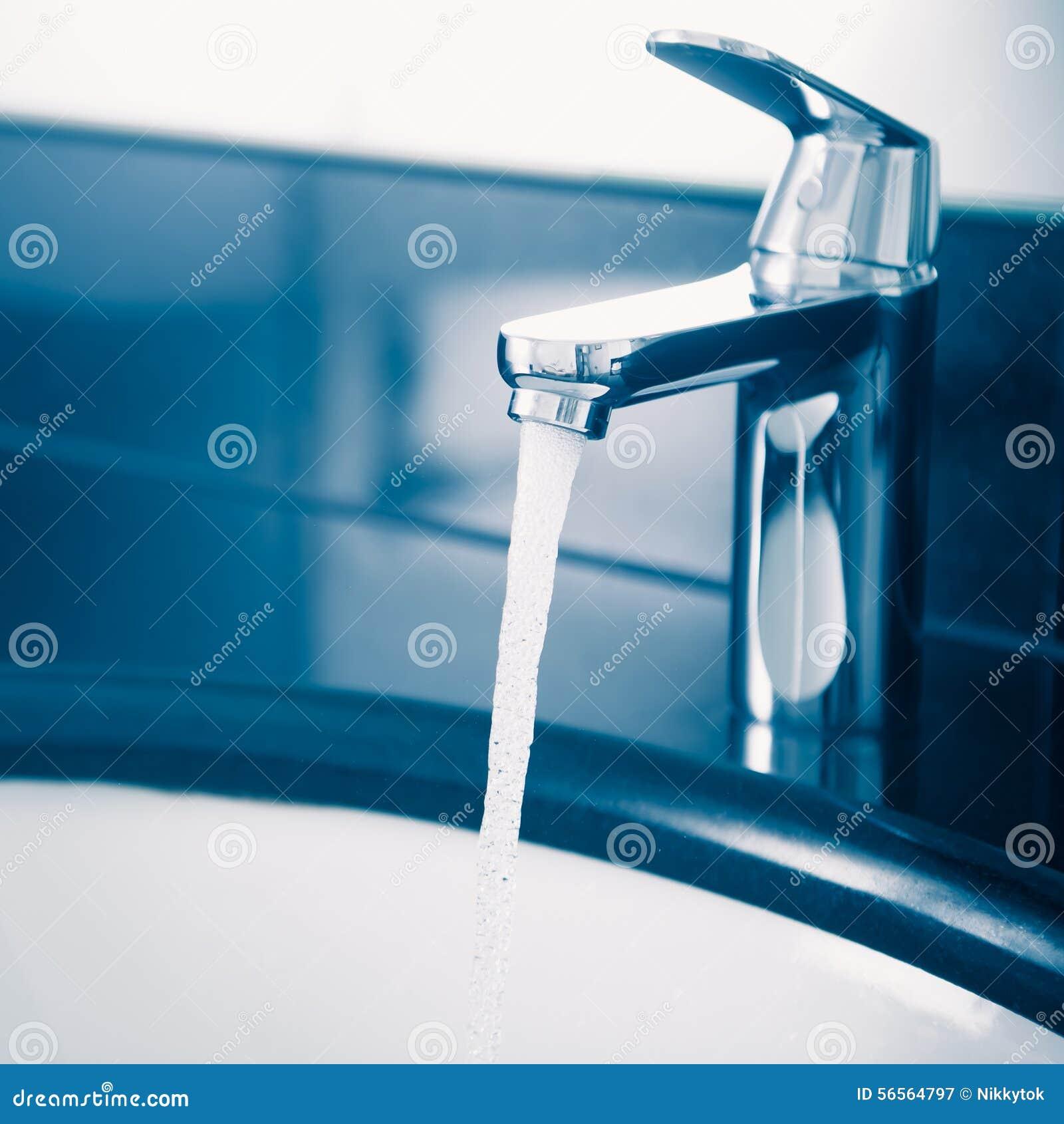 Download Στρόφιγγα με το ρέοντας νερό Στοκ Εικόνα - εικόνα από καθαρίστε, βακκινίων: 56564797