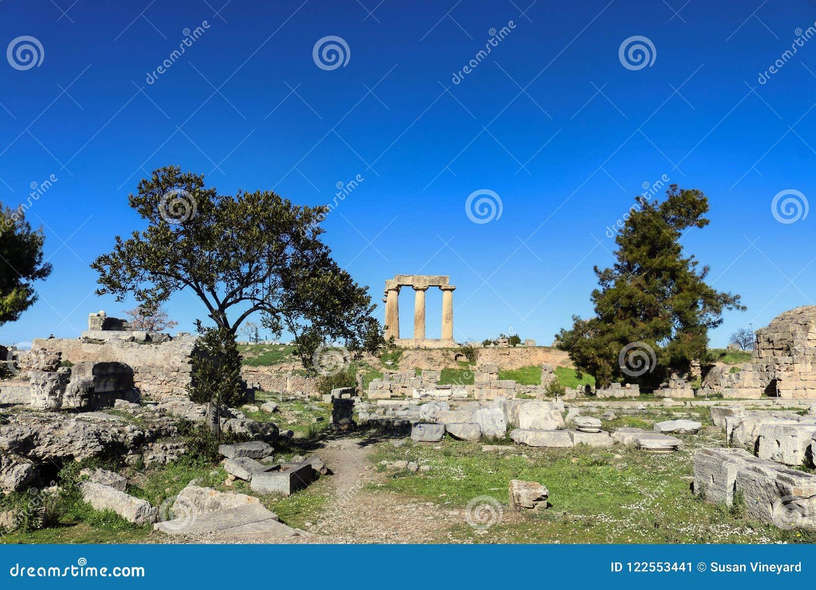 Στυλοβάτες του ναού απόλλωνα που αντιμετωπίζεται από τις archeological καταστροφές κάτω κατωτέρω σε αρχαίο Corinth Ελλάδα